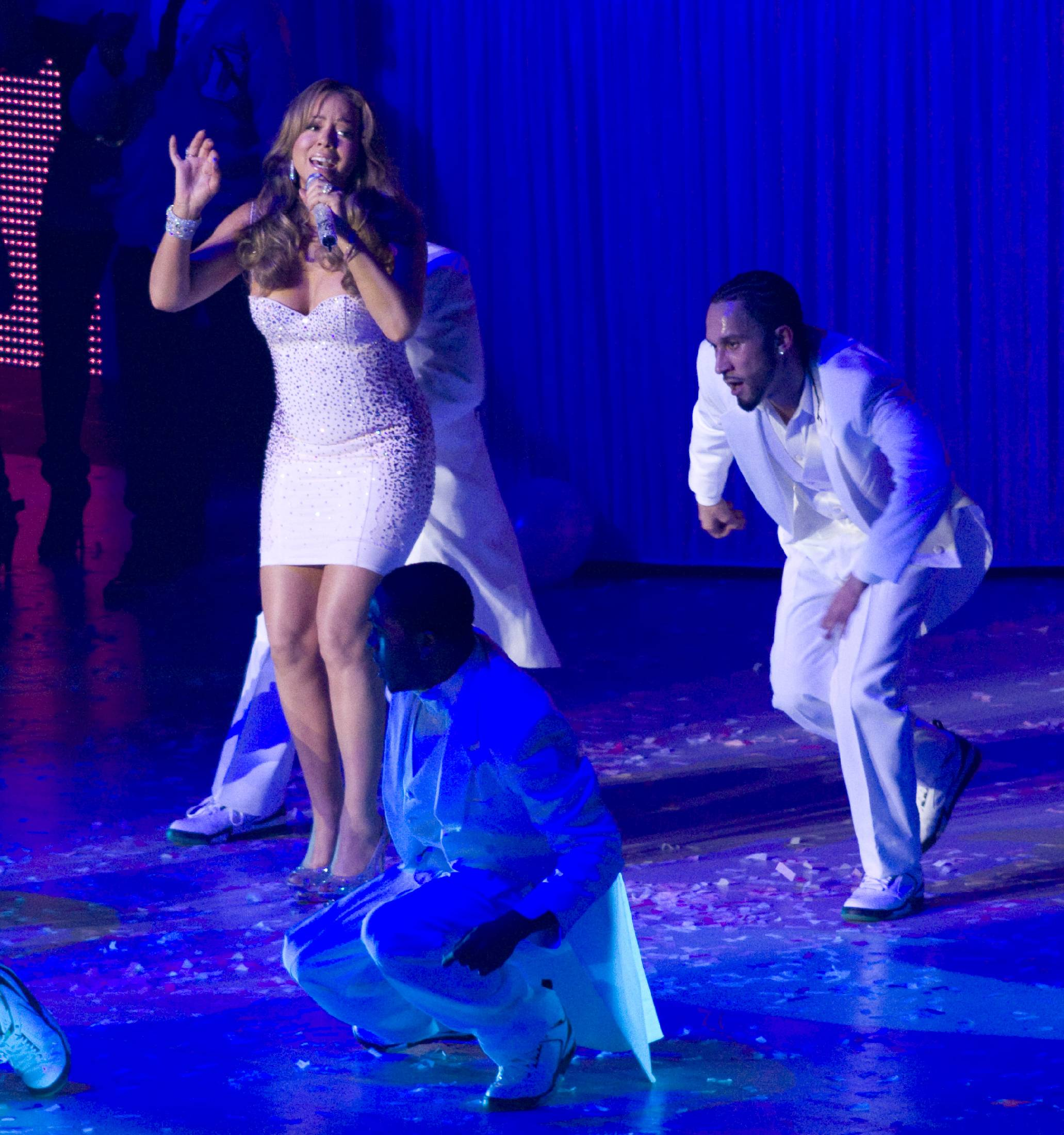 53694_Mariah_Carey_performs_at_Madison_Square_Garden_in_New_York_City-7_122_386lo.jpg