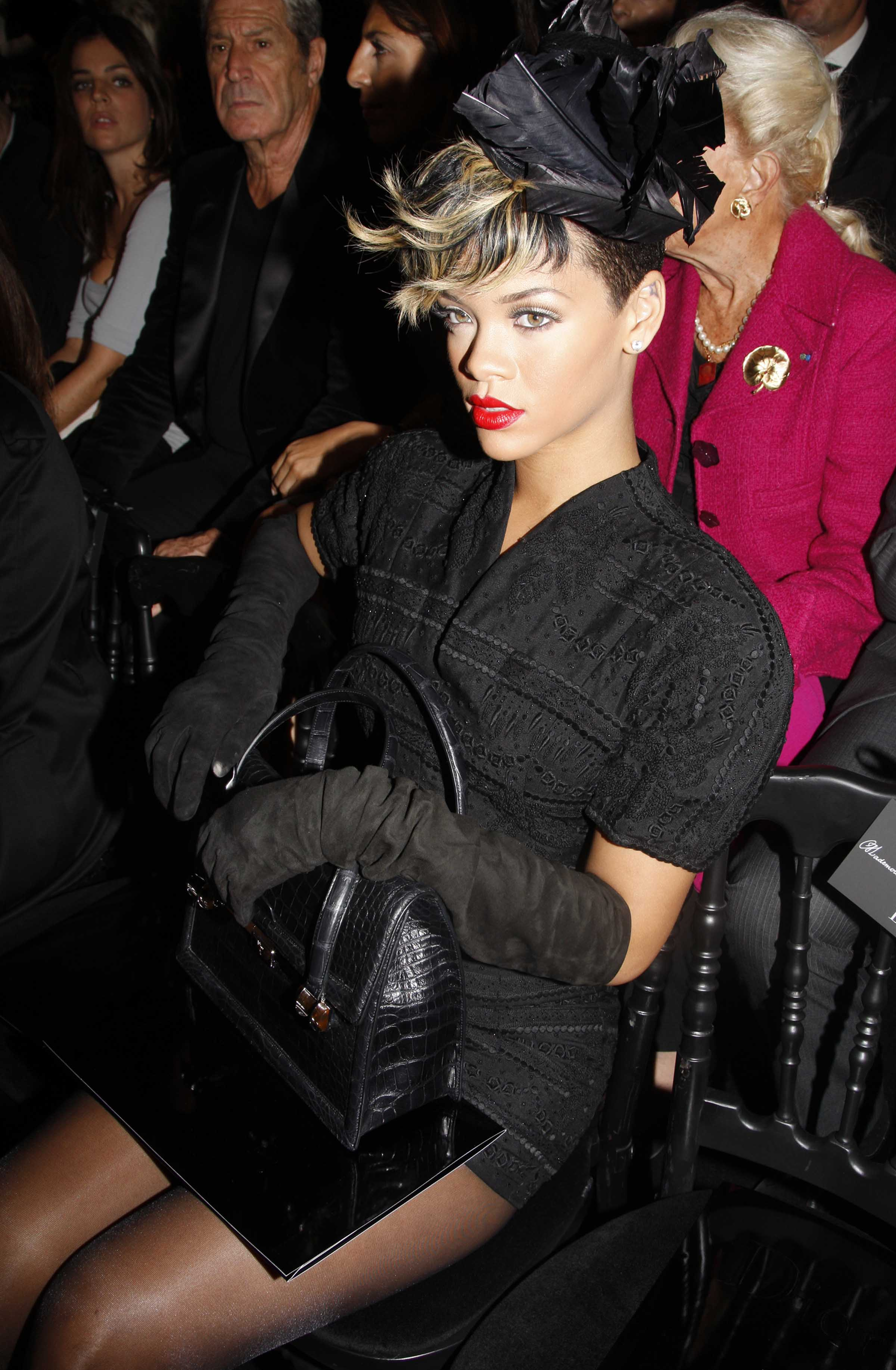 46062_celebrity-paradise.com-The_Elder-Rihanna_2009-10-02_-_at_the_Christian_Dior_Pret_a_Porter_show_7232_122_529lo.jpg