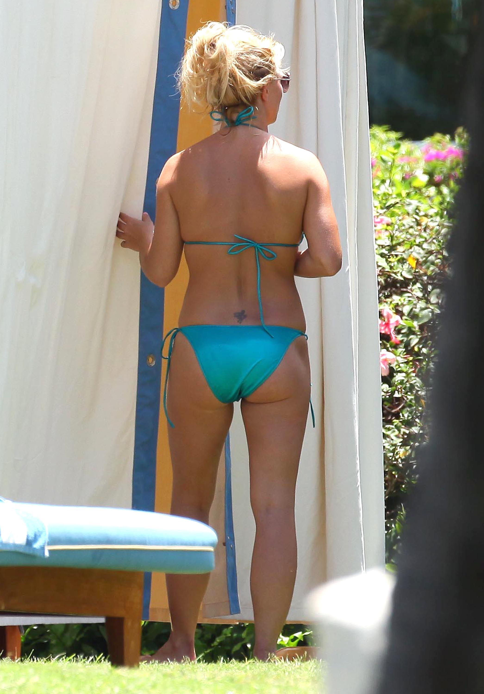 84996_Britney_Spears_Bikini_Maui_8_122_126lo.jpg