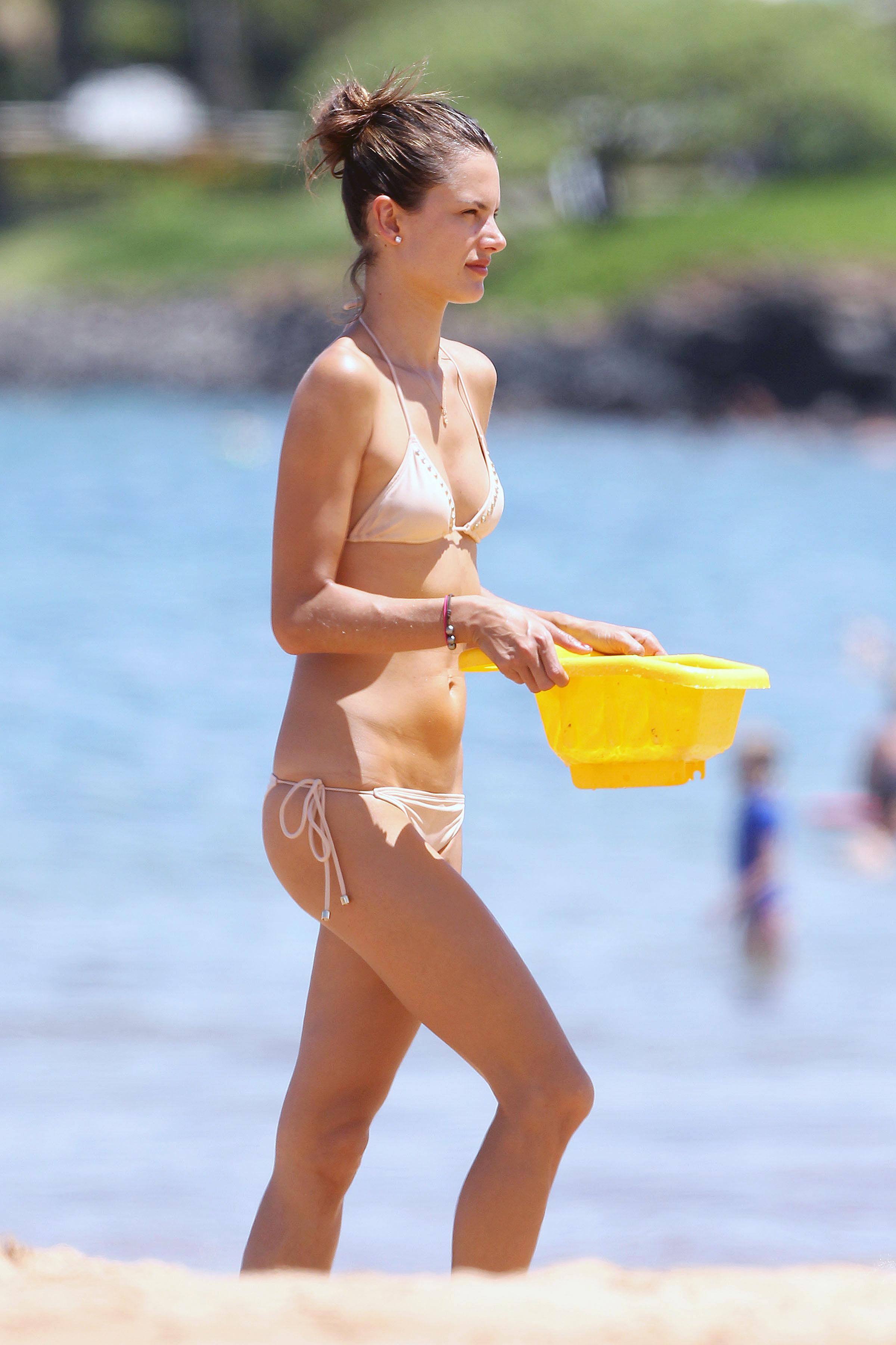79581_Alessandra_Ambrosio_on_the_beach_in_Hawaii_122_364lo.jpg
