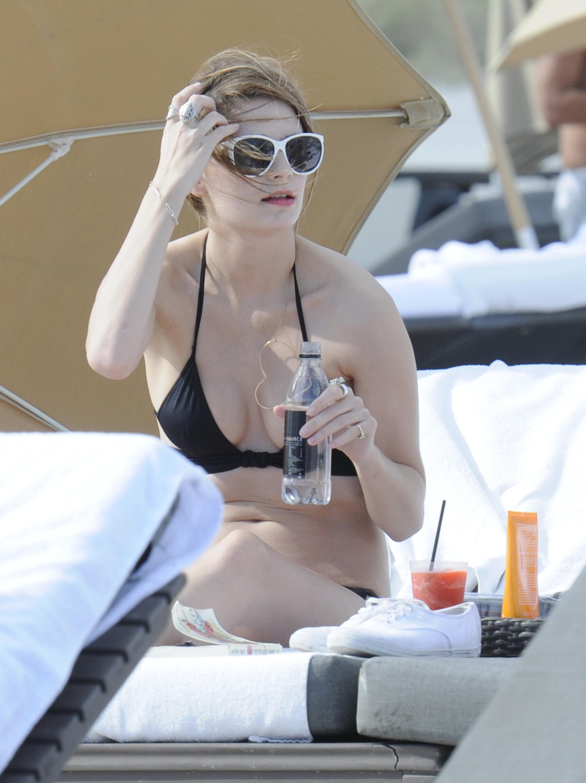 312231774_Mischa_Barton_Bikini_Candids_on_the_Beach_in_Miami_December_27_2011_154_122_398lo.jpg