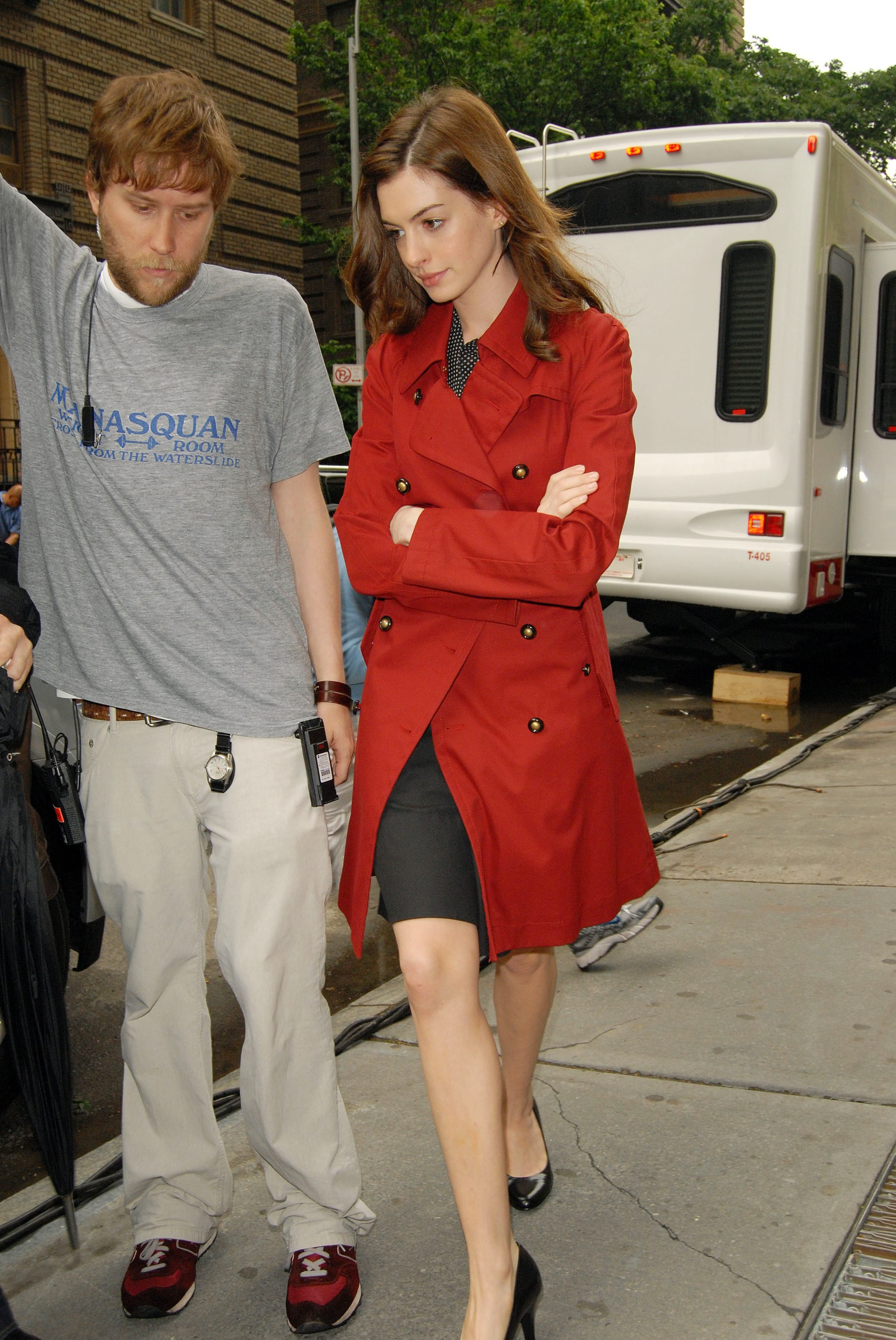 55673_Anne_Hathaway_2008-05-27_-_on_the_set_of_Bride_Wars_in_NY_122_681lo.jpg