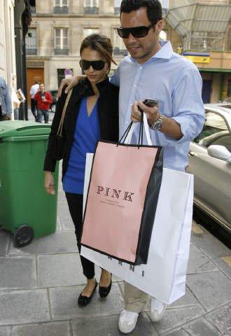 88799_06.07.2007_-_Jessica_und_Cash_nach_Shoppingtour_vorm_Hyatt_in_Paris_004_122_753lo.jpg
