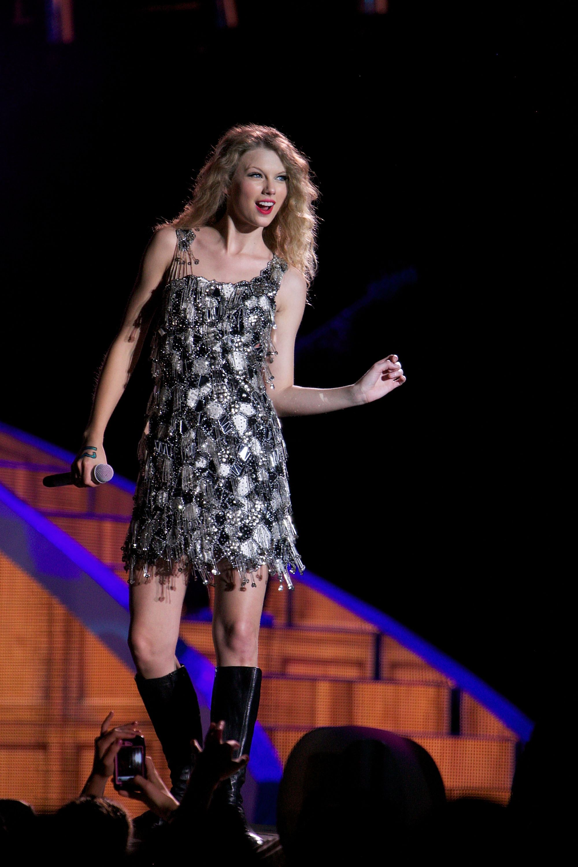 32632_Taylor_swift_performs_her_Fearless_Tour_at_Tiger_Stadium_028_122_491lo.jpg