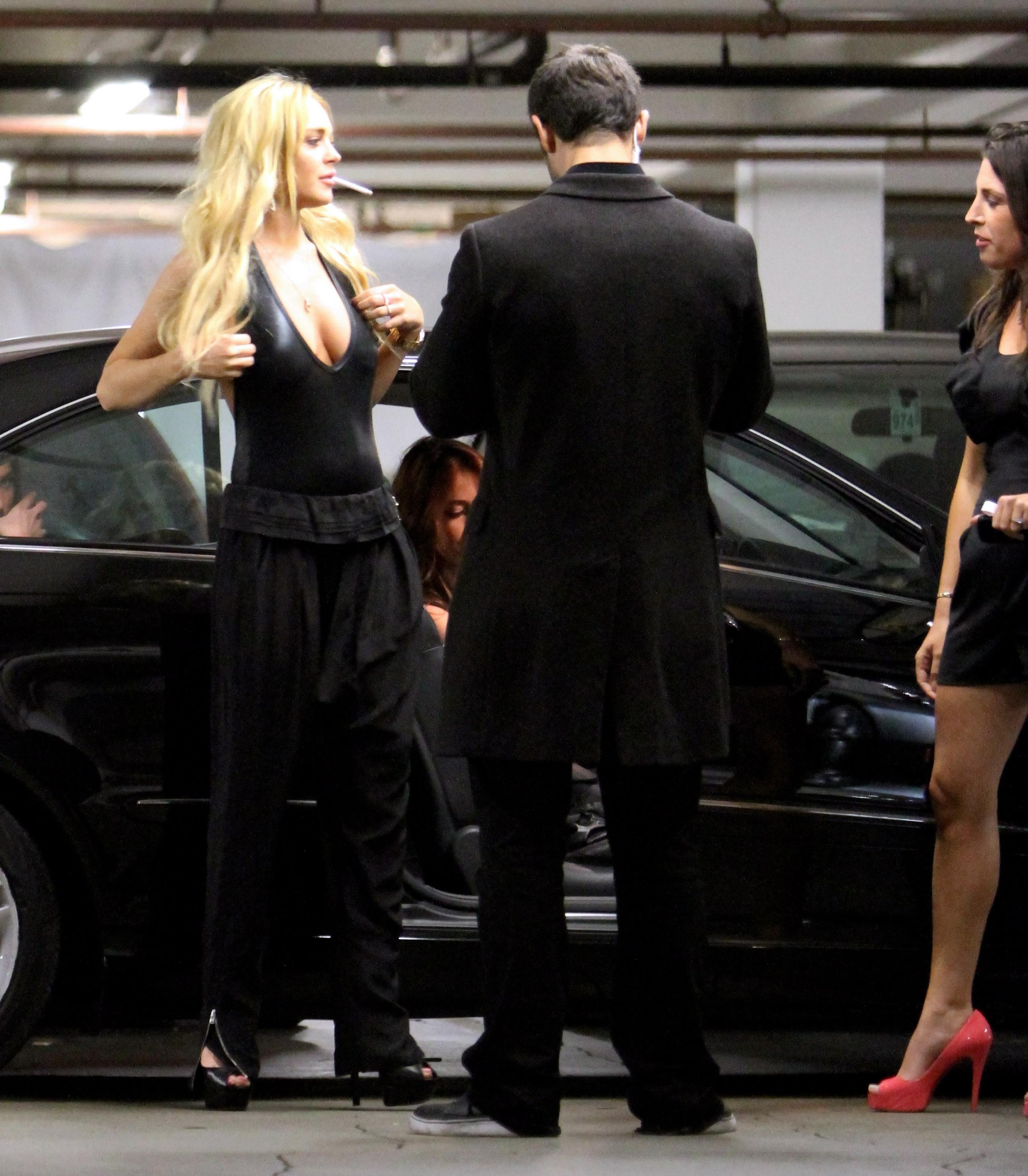 84365_CFF_Lindsay_Lohan_in_the_parking_garage_of_The_Mondrian_hotel_16_122_402lo.jpg