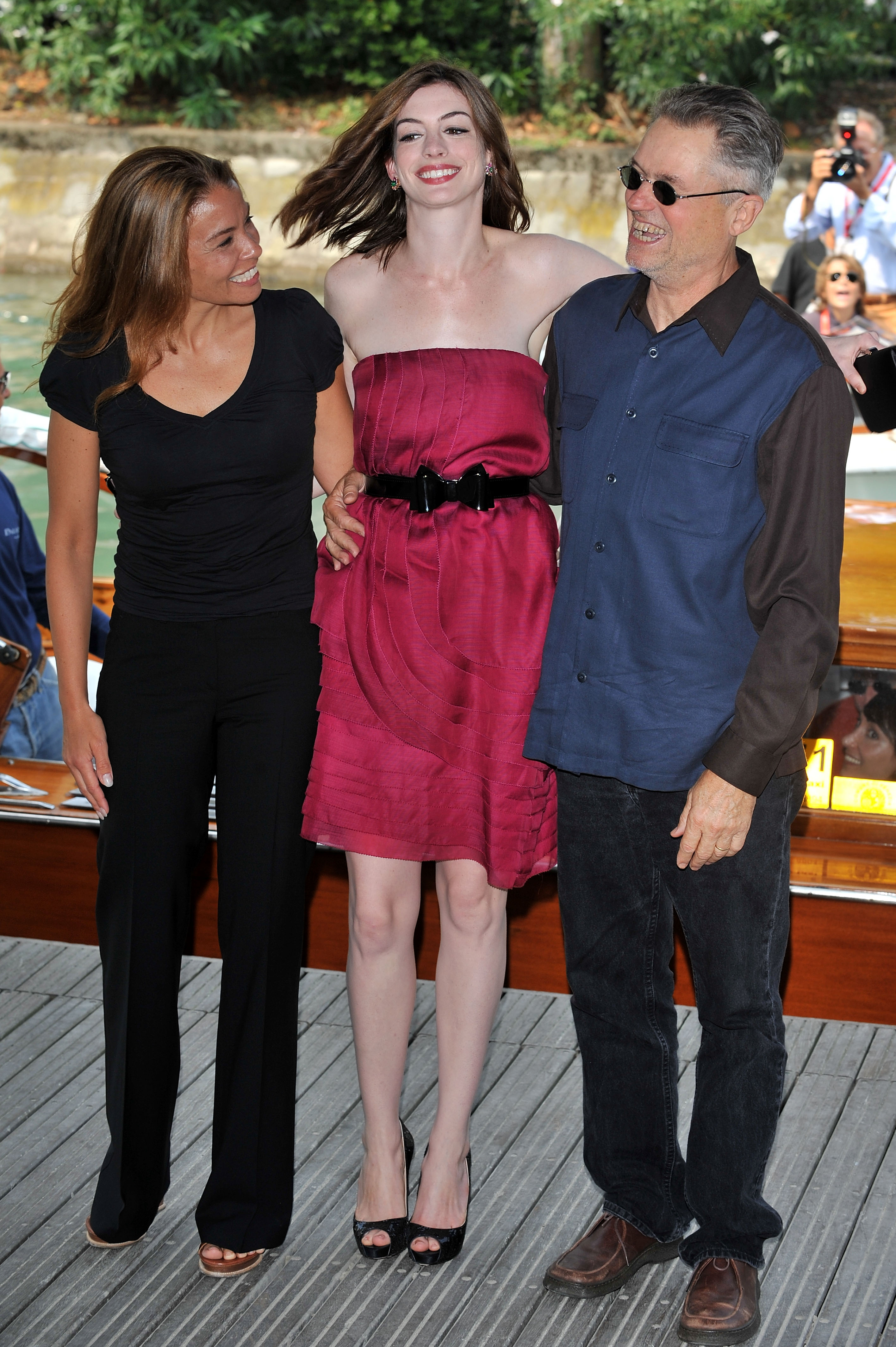 43605_Anne_Hathaway_arrives_at_the_Excelsior_Hotel_Venice-37_122_834lo.jpg