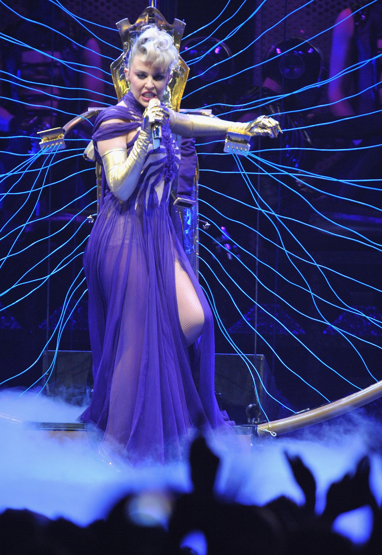17121_Kylie_Minogue_KylieX2008_Performance_050608_024_122_1118lo.jpg