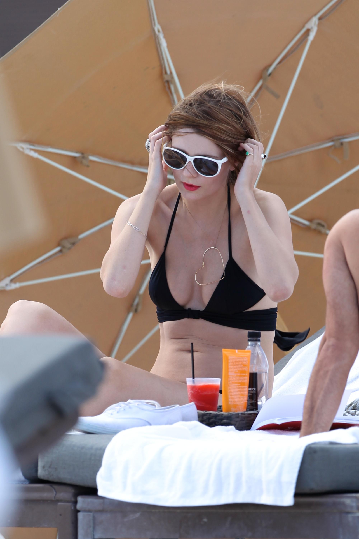 312834689_Mischa_Barton_Bikini_Candids_on_the_Beach_in_Miami_December_27_2011_258_122_418lo.jpg