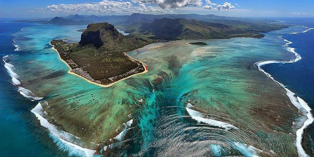 025152972_mauritius_underwater_waterfall_helicopter_tour_exclusive2_122_576lo.jpg