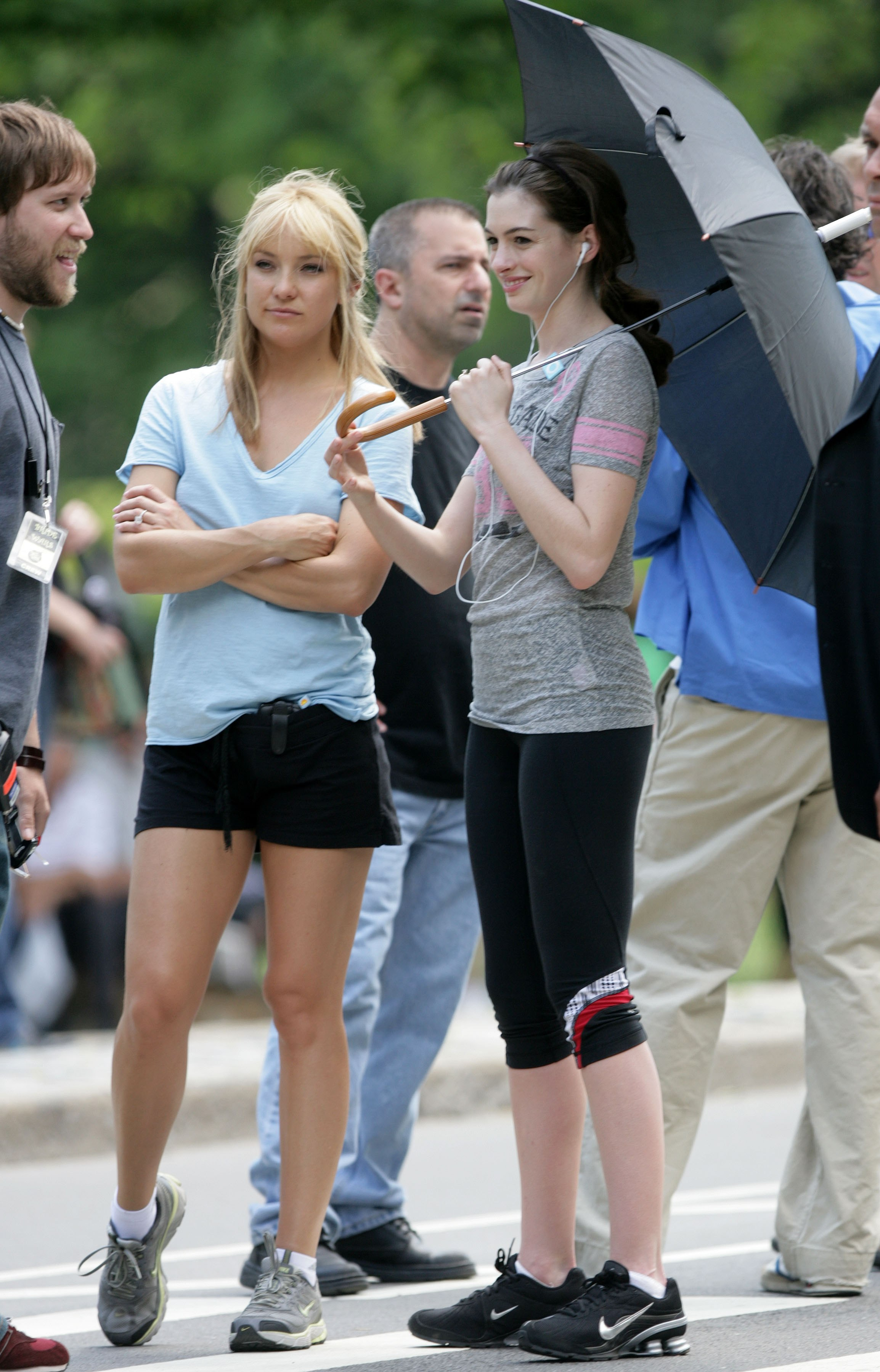 61600_Kate_Hudson_and_Anne_Hathaway_shade_under_an_umbrella_CU_ISA_030608_03_122_901lo.jpg