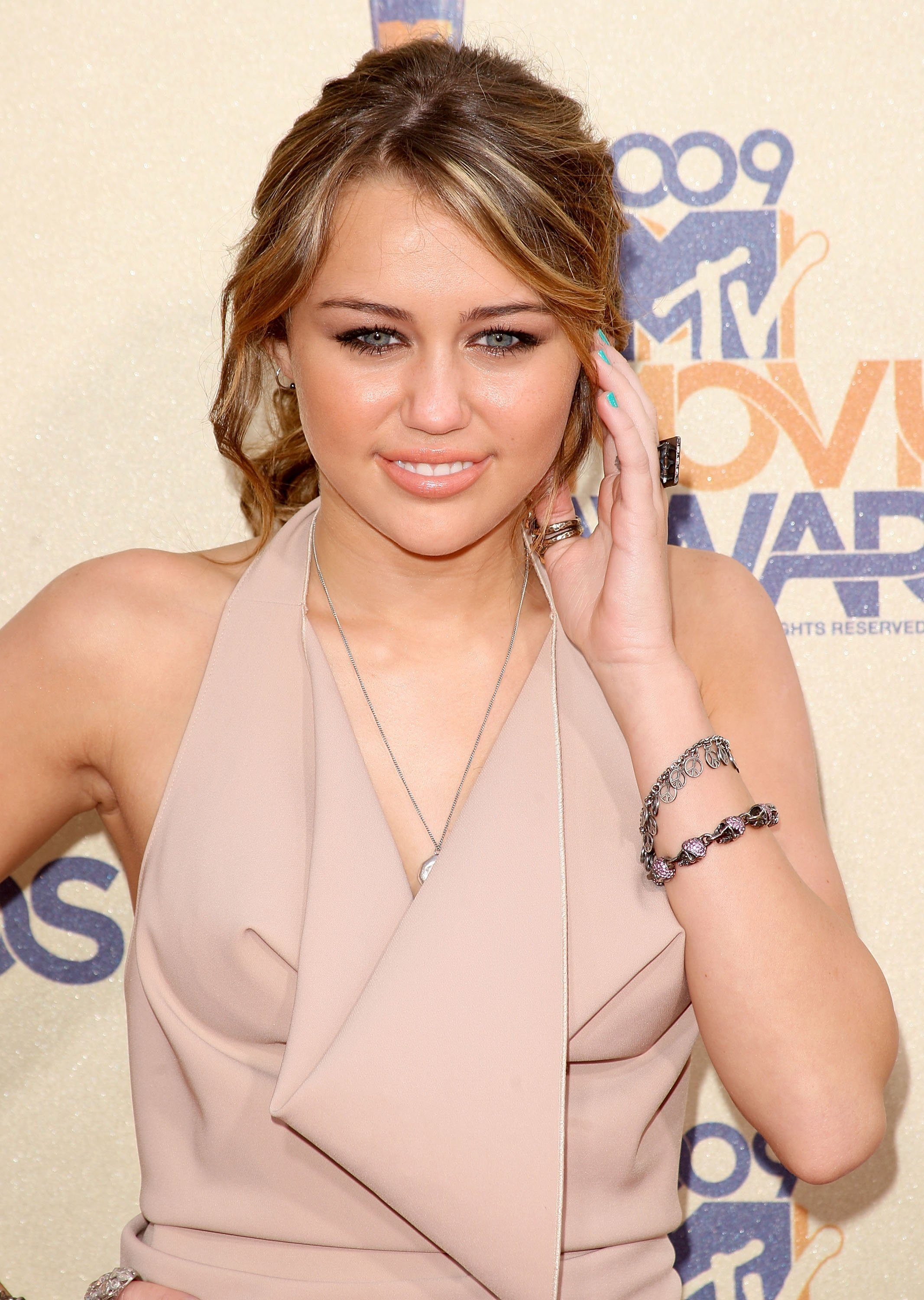 21408_Celebutopia-Miley_Cyrus_arrives_at_the_2009_MTV_Movie_Awards-06_122_1001lo.jpg