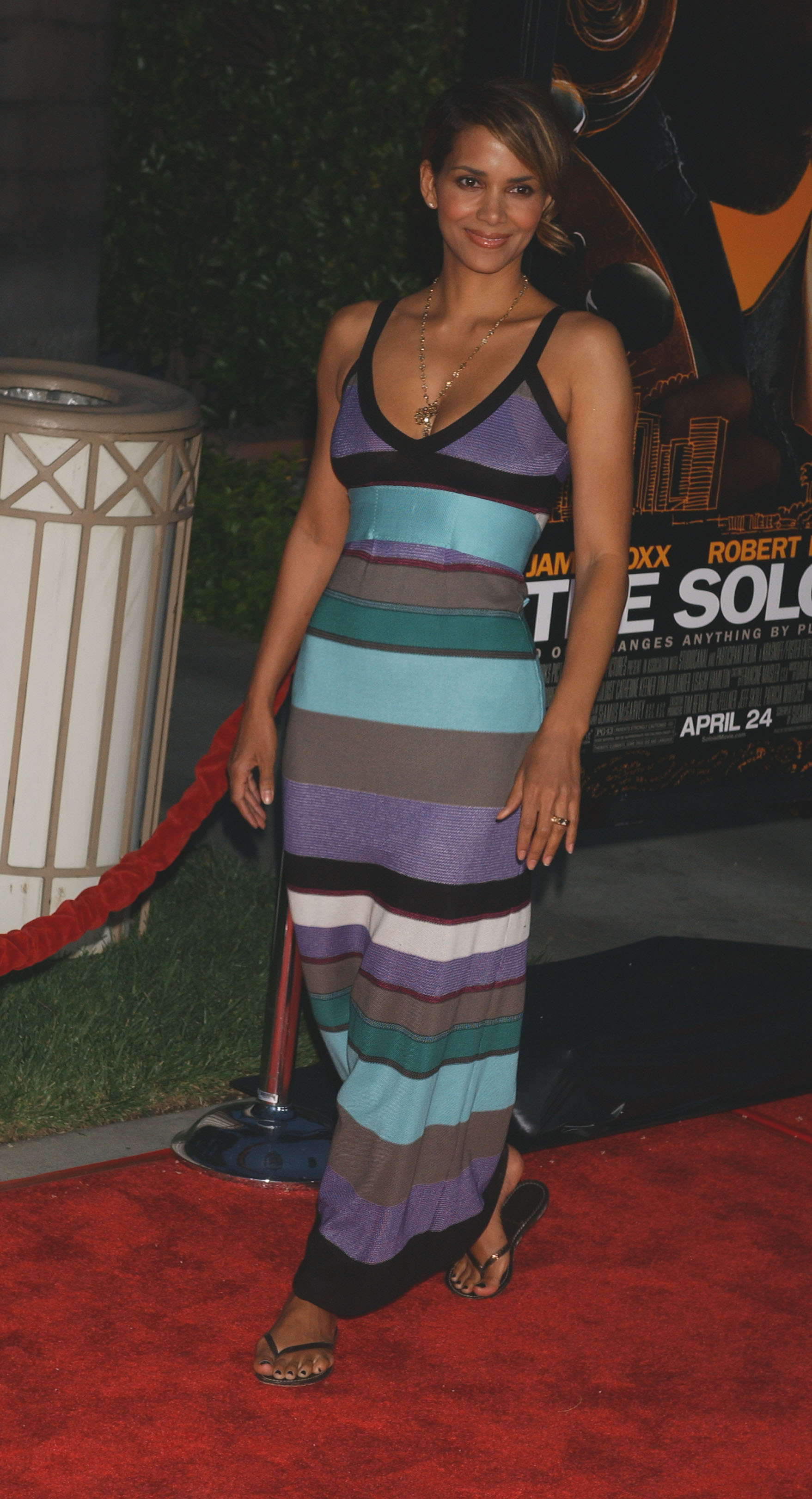 65633_Halle_Berry_The_Soloist_premiere_in_Los_Angeles_51_122_692lo.jpg