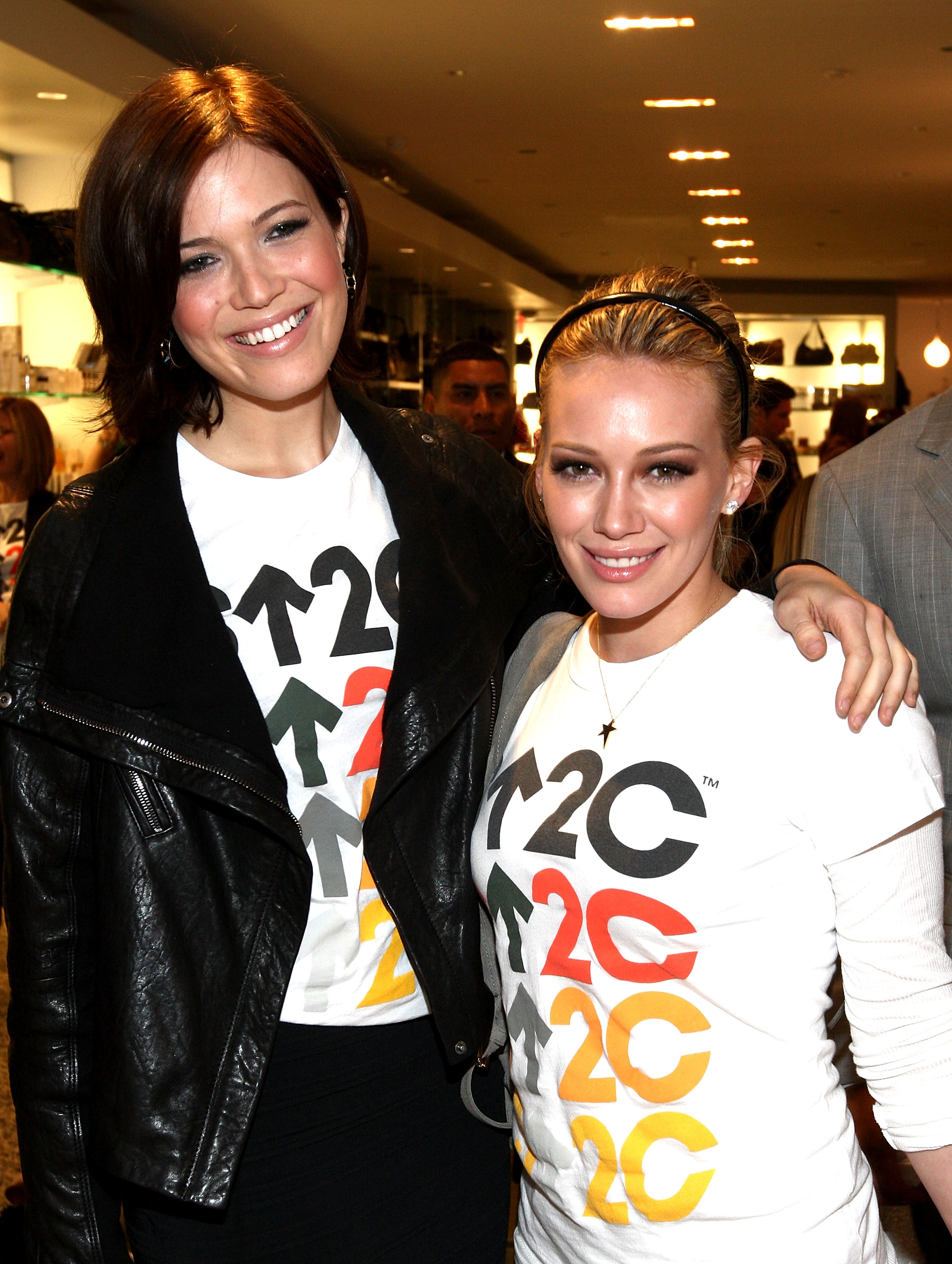 97004_Celebutopia-Mandy_Moore_and_Hilary_Duff-SU2C_merchandise_collection_launch-11_122_899lo.jpg