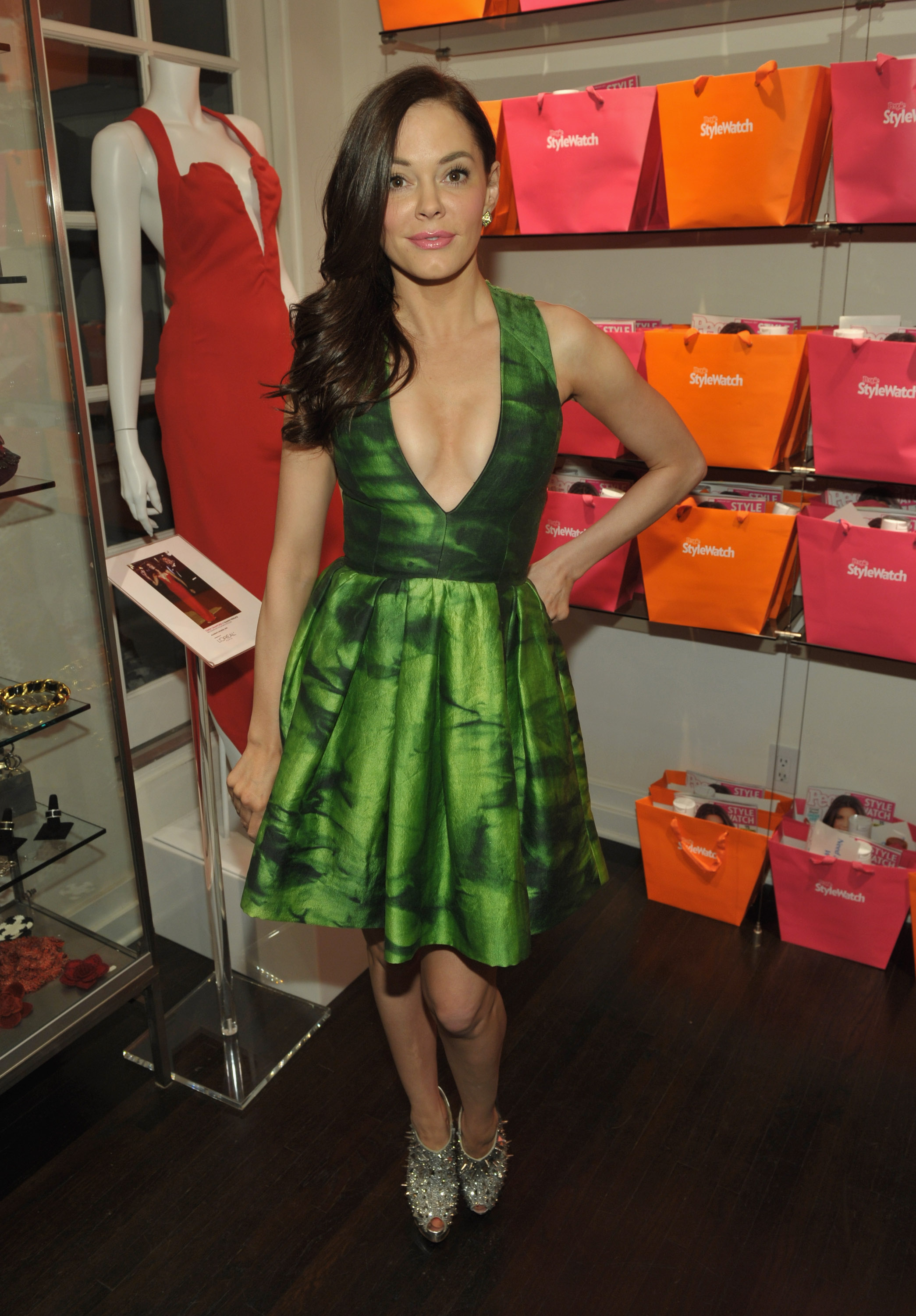 751979139_Rose_McGowan_People_StyleWatch_A_Night_of_Red_Carpet_Style_in_LA_January_27_2011_39_122_109lo.jpg