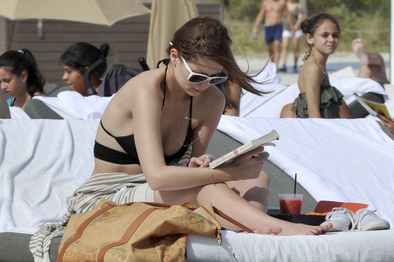 312674634_Mischa_Barton_Bikini_Candids_on_the_Beach_in_Miami_December_27_2011_229_122_223lo.jpg