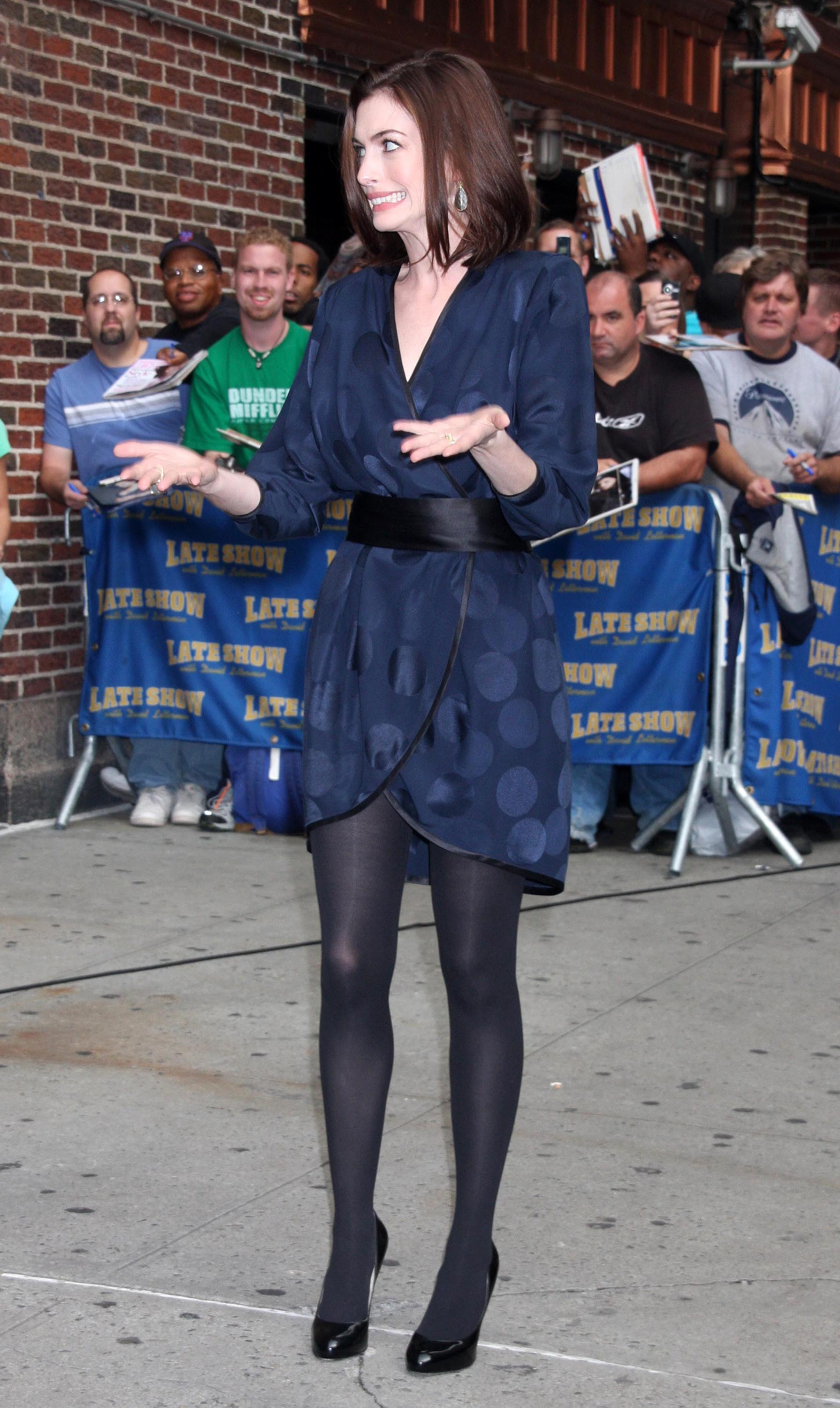 47299_Anne_Hathaway_2008-09-30_-_visits_the_Late_Show_with_David_Letterman_4204_122_909lo.jpg