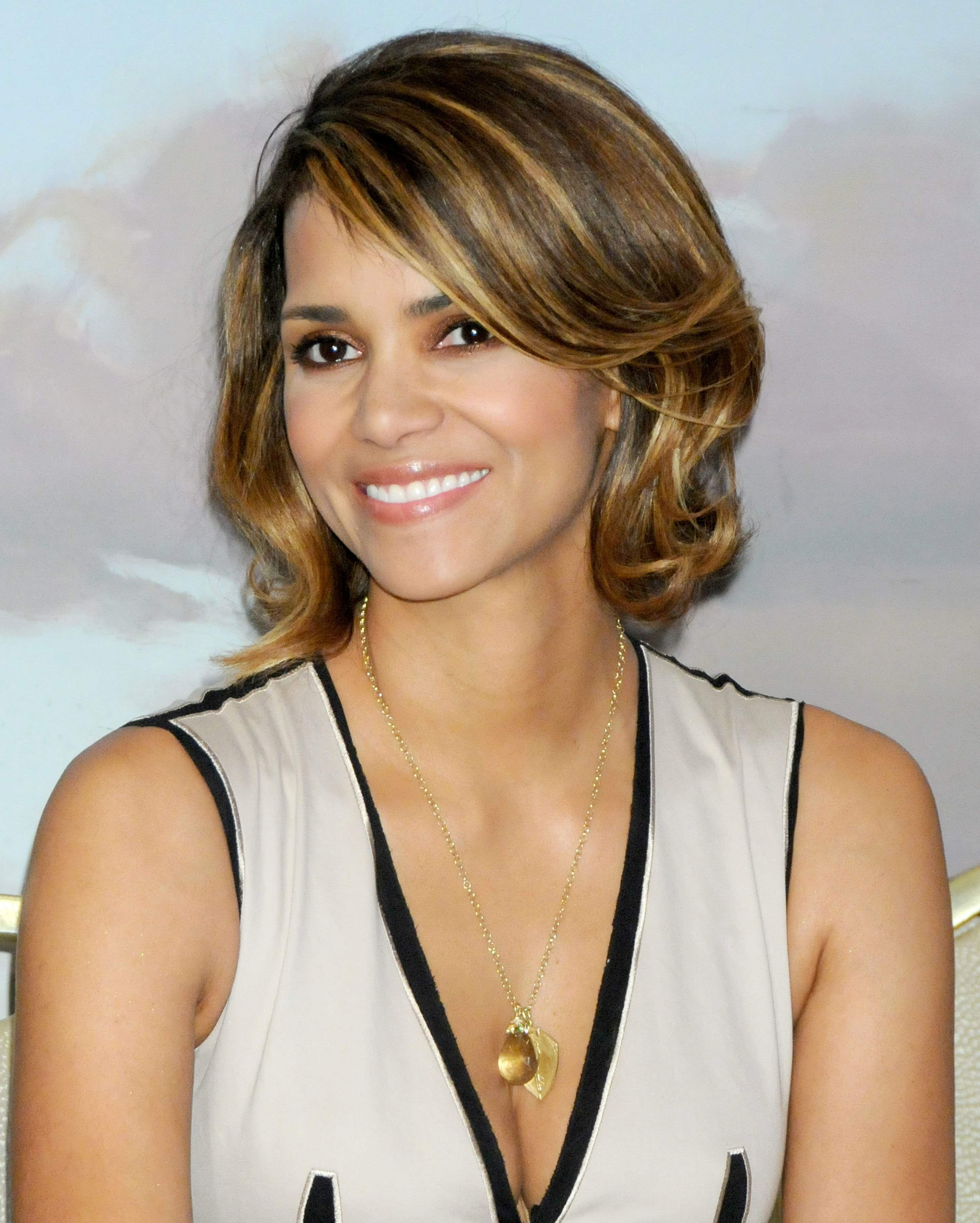 59767_Halle_Berry_2009_Jenesse_Silver_Rose_Gala_Auction_in_Beverly_Hills_76_122_934lo.jpg