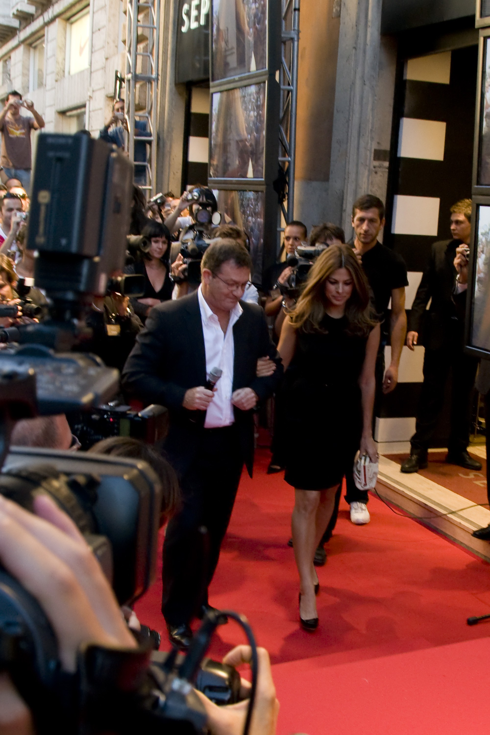 00432_Eva_Mendes_in_Rome_to_promote_the_new_fragrance_of_Calvin_Klein_CU_ISA_0001_122_959lo.jpg