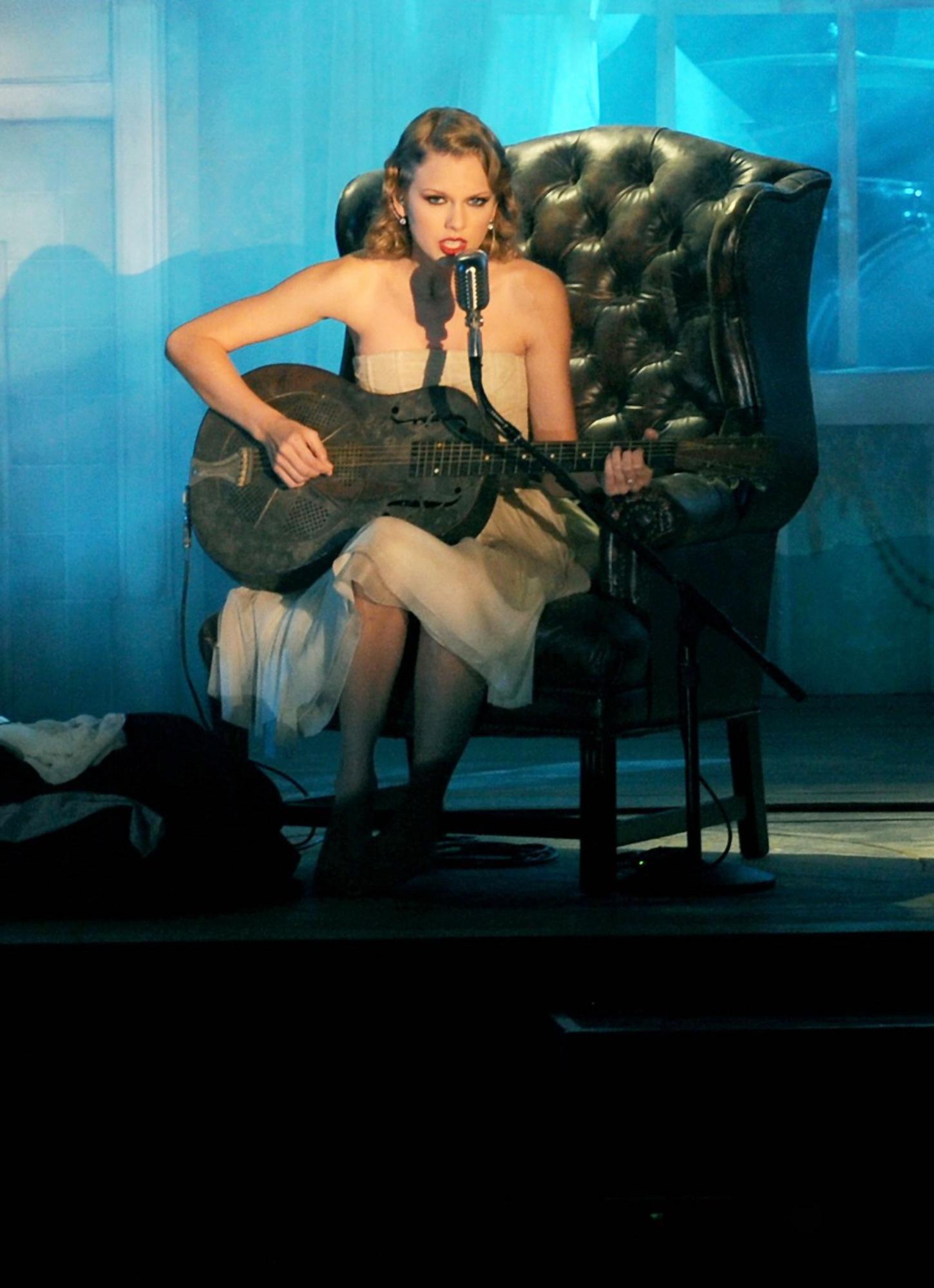 84900_Taylor_Swift_performs_at_2010_MTV_Video_Music_Awards10_122_137lo.jpg