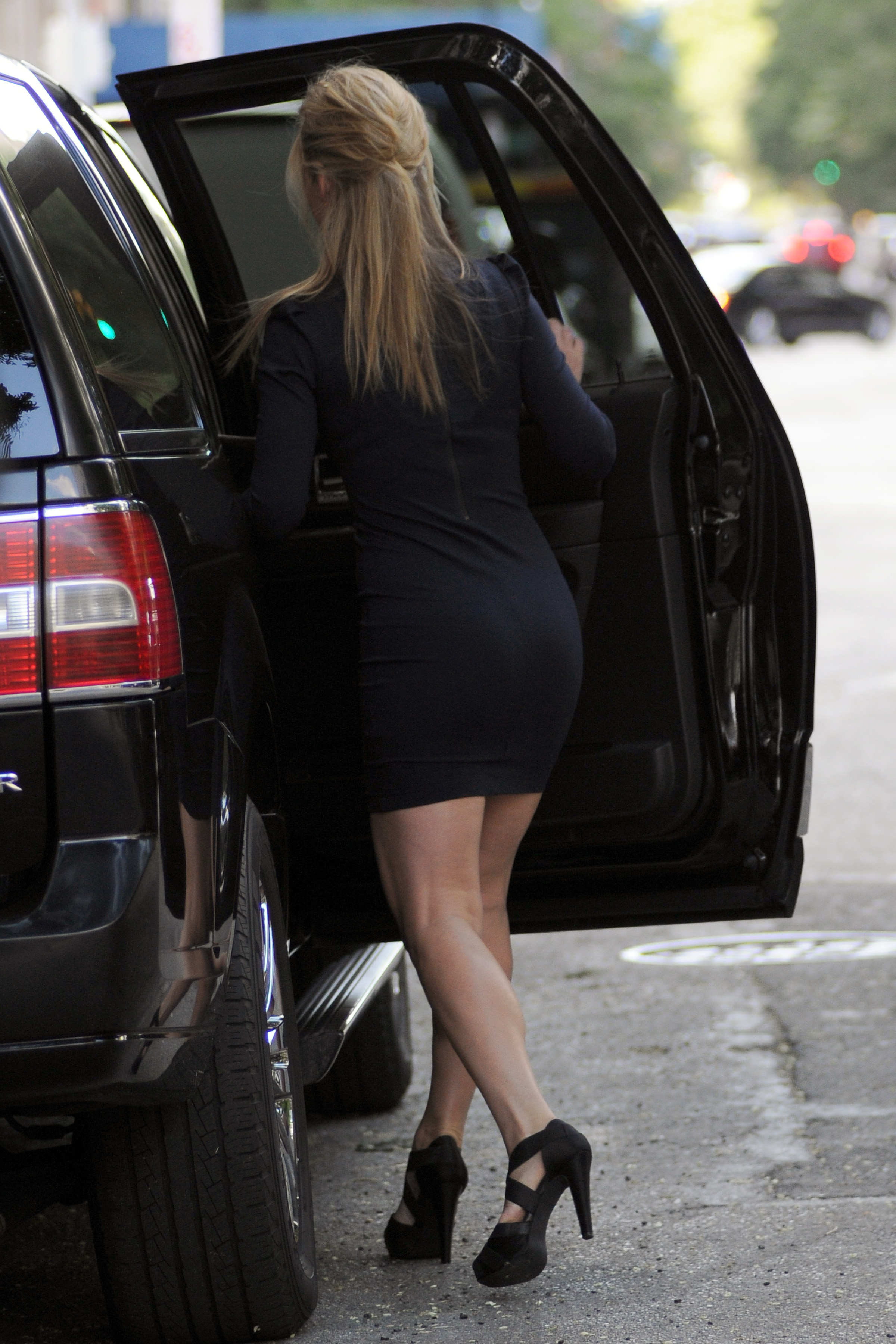 338702928_Julia_Stiles_heading_out_in_NYC8_122_1014lo.jpg