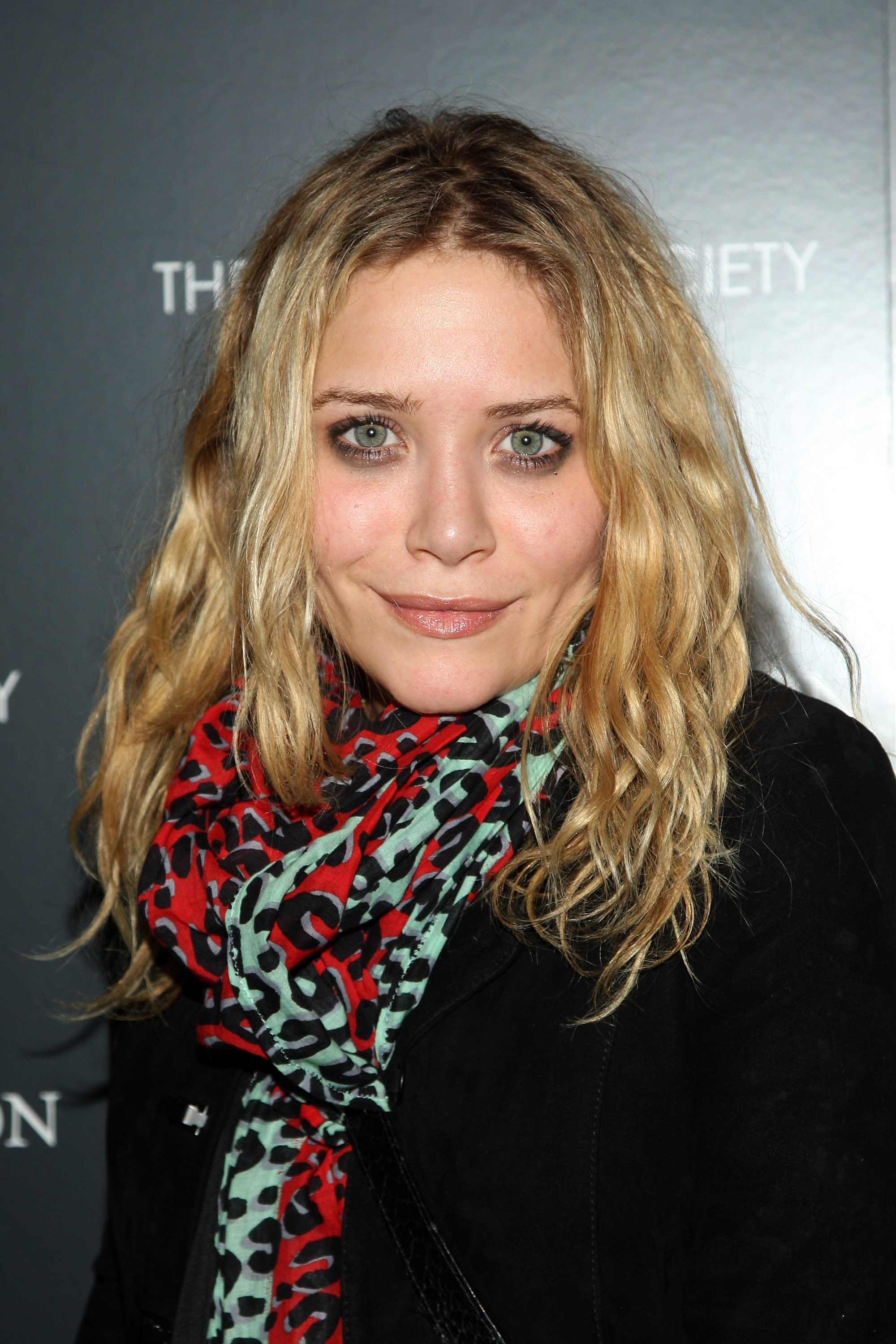 59282_Mary-Kate_Olsen_2008-12-11_-__Screening_of_The_Curious_Case_of_Benjamin_Button_122_1024lo.jpg