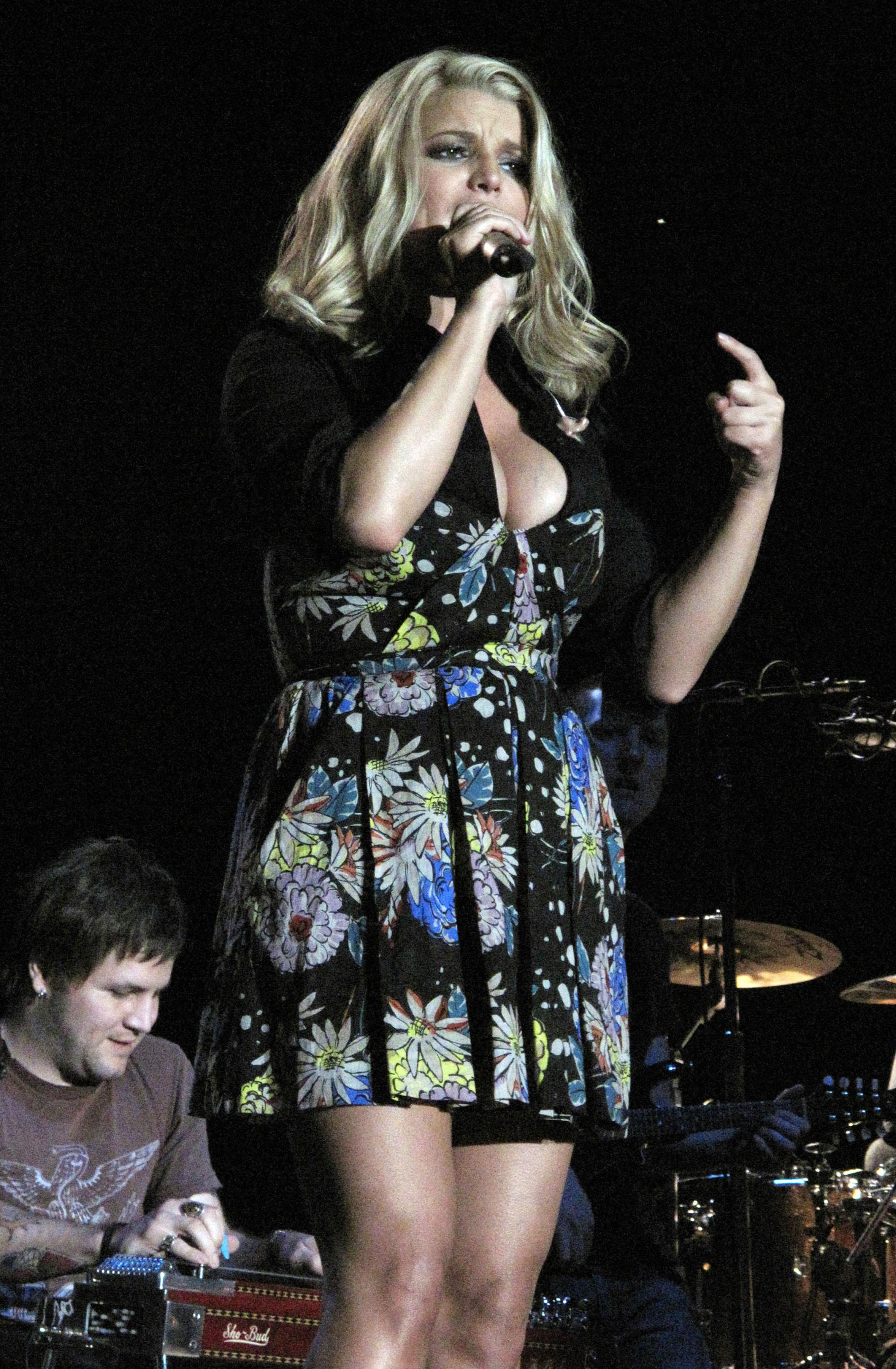 72227_Jessica_Simpson_performs_live_at_the_Dixon_May_Fair_and_Carnival_458_122_1187lo.jpg