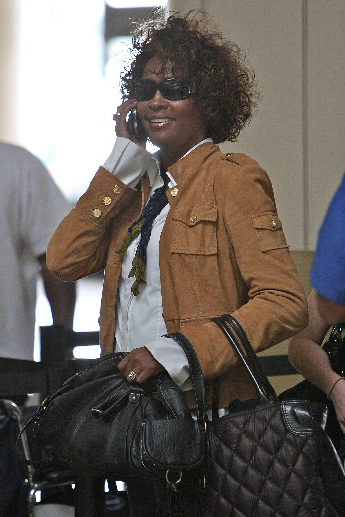 22891_whitney_houston_arriving_at_lax_tikipeter_celebritycity_007_122_101lo.jpg