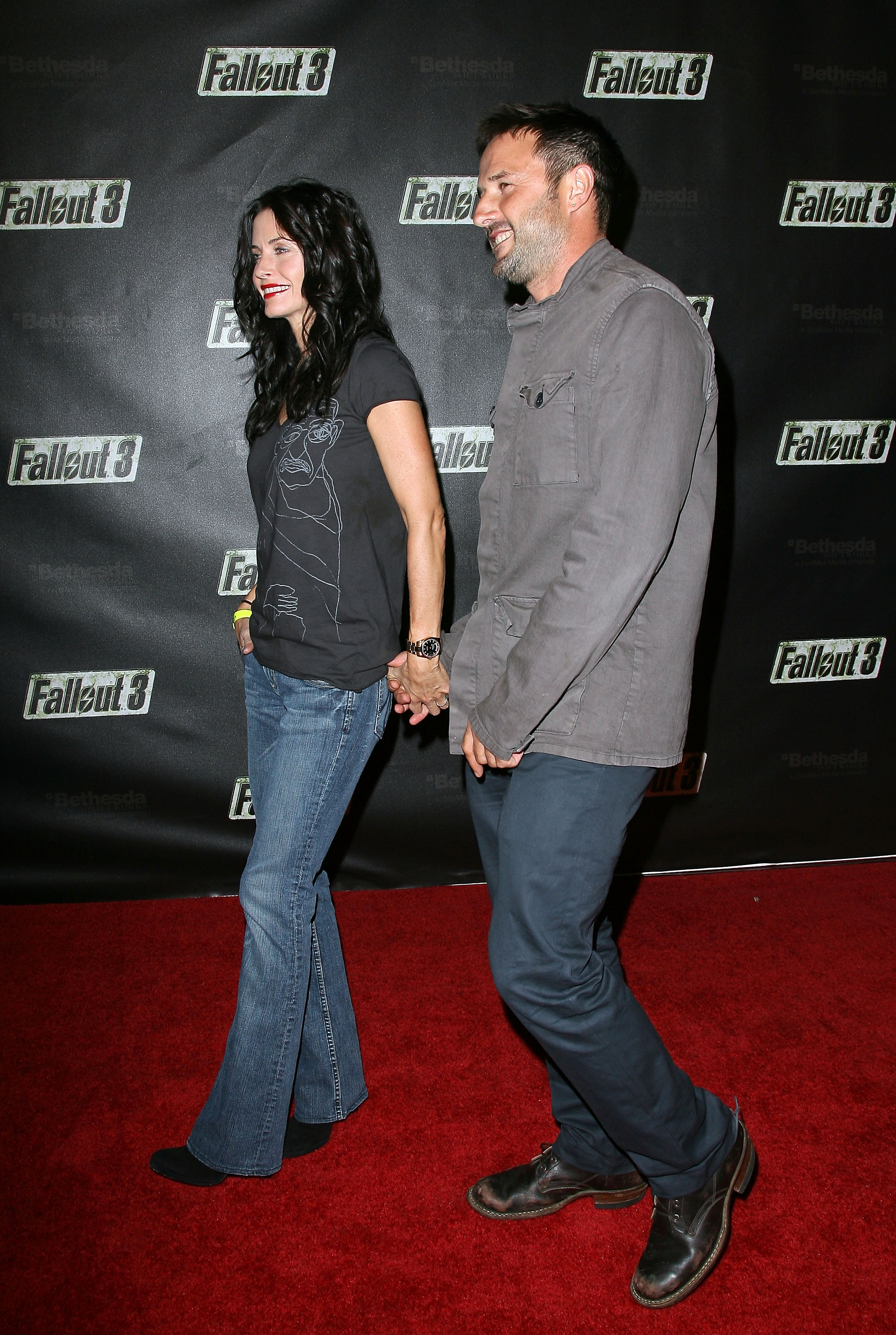 55410_Celebutopia-Courteney_Cox-Launch_Party_for_Fallout_3_videogame-07_122_1083lo.jpg