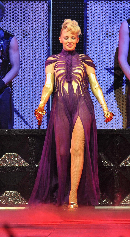 17172_Kylie_Minogue_KylieX2008_Performance_050608_033_122_781lo.jpg