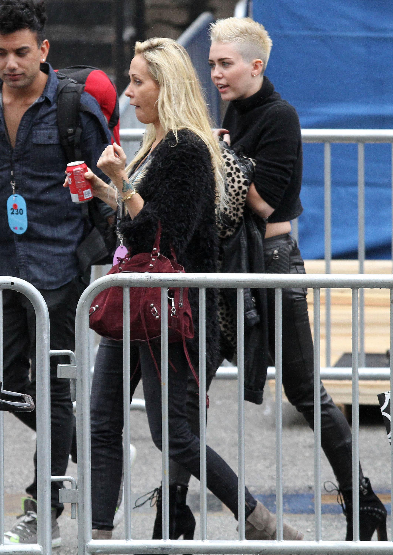 99721_Preppie_Miley_Cyrus_walks_into_rehearsals_for_VH1_Diva_Awards_2012_17_122_875lo.jpg