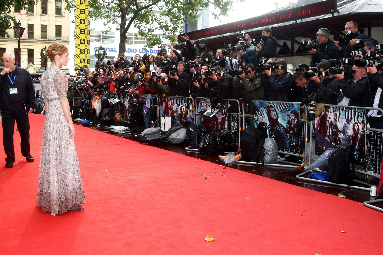 50801_Emma_Watson_HPaTHBP_premiere_in_London04053_122_830lo.jpg