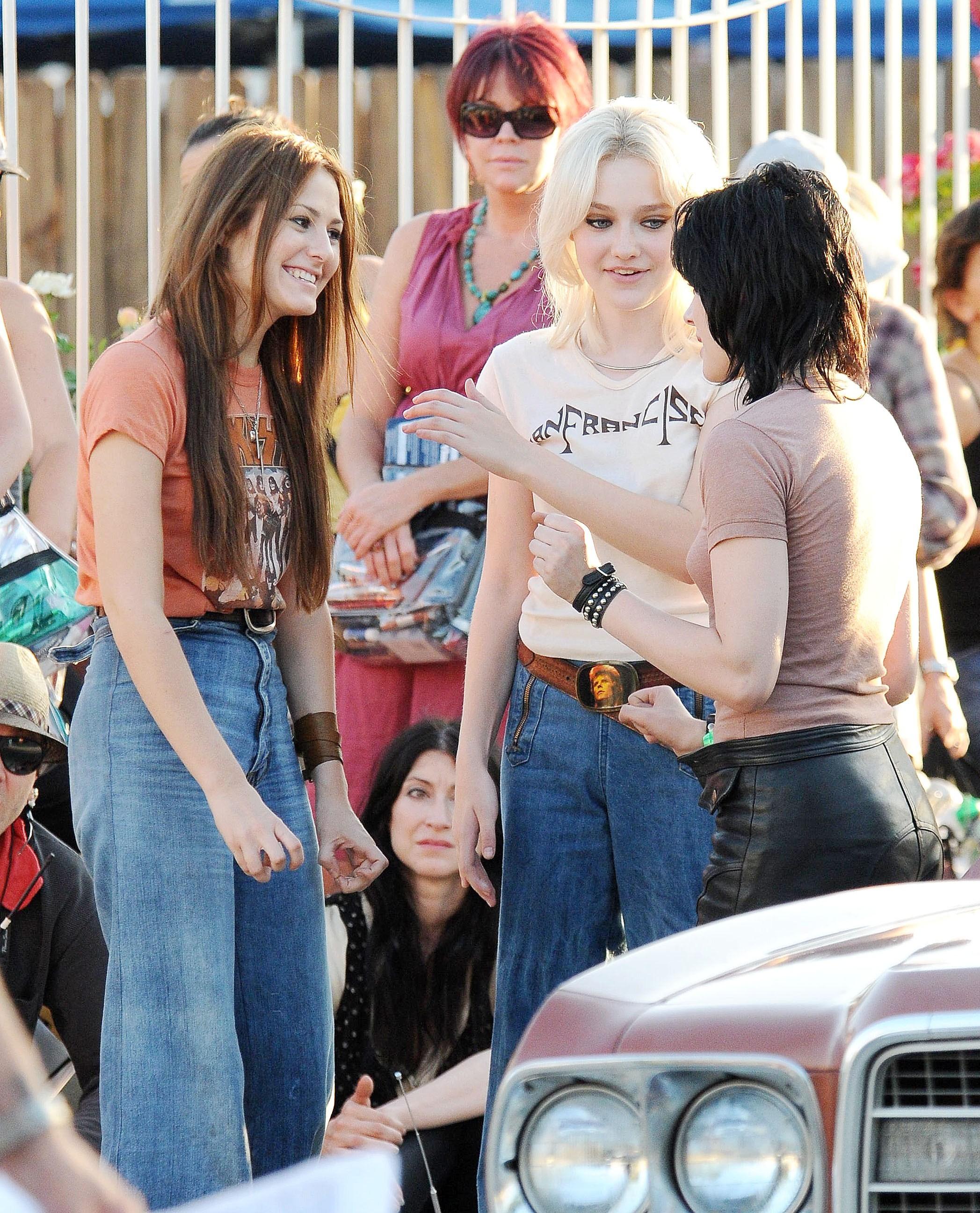 89711_Preppie_-_Kristen_Stewart_and_Dakota_Fanning_on_The_Runaways_set_-_July_22_2009_158_122_879lo.jpg