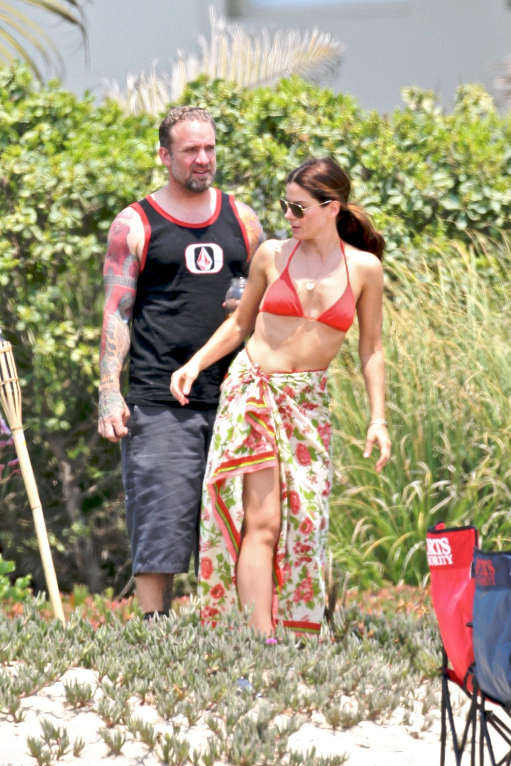 79625_Celebutopia-Sandra_Bullock_in_top_bikini_and_husband_host_an_Independence_Day_beach_party-02_122_1146lo.jpg