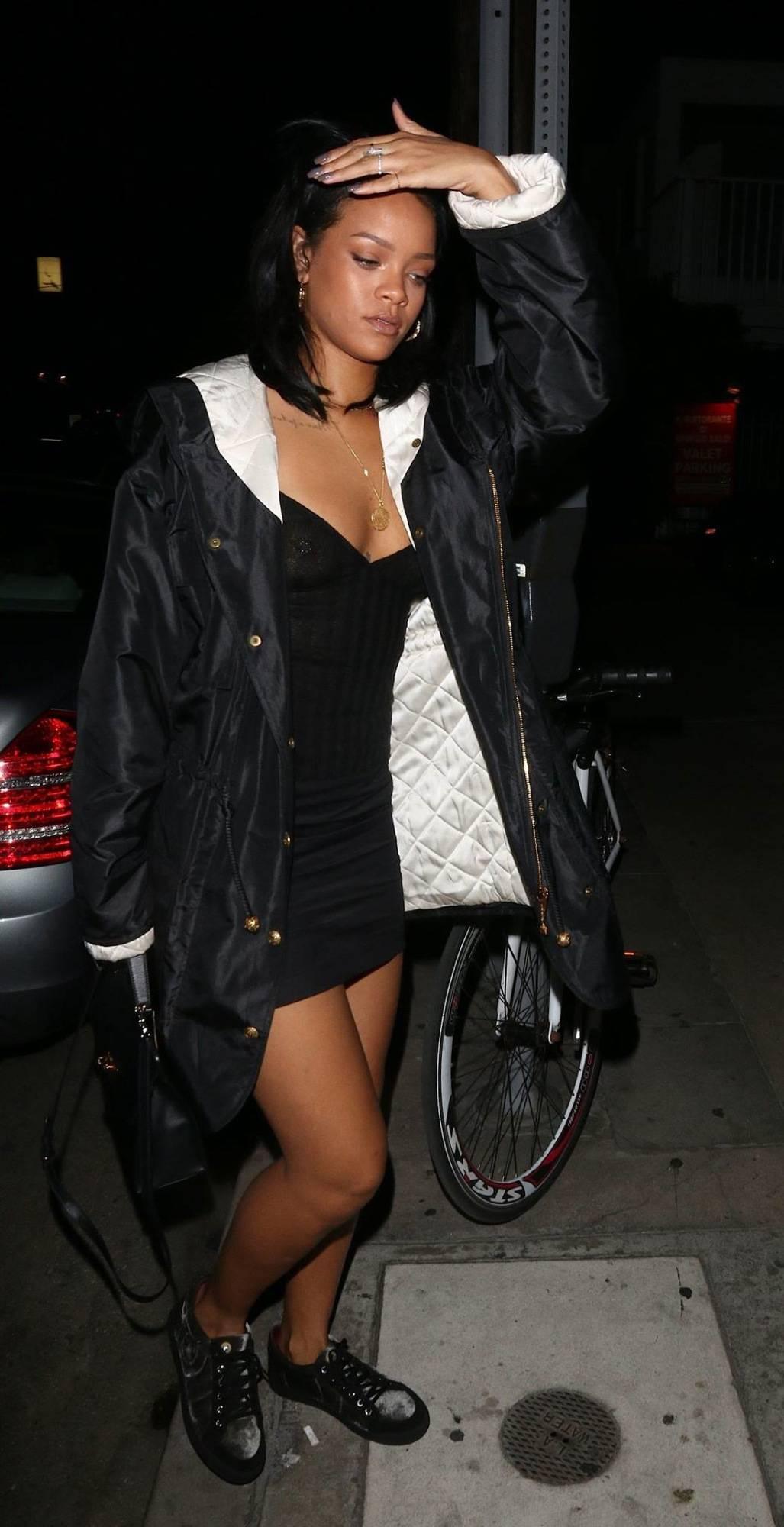 342468313_RihannaBralessLAPi4_122_13lo.jpg