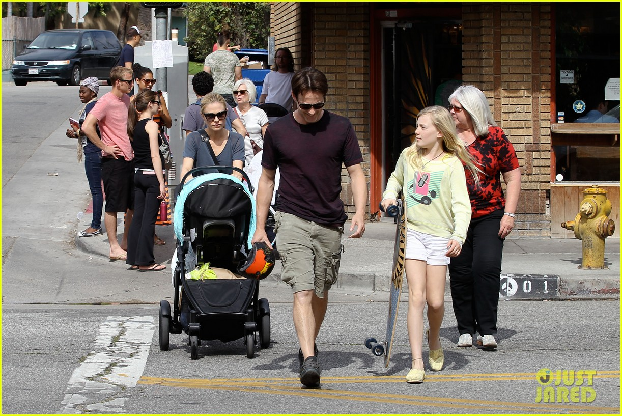 494188898_anna_paquin_stephen_moyer_abbot_kinney_with_the_family_03_122_73lo.jpg