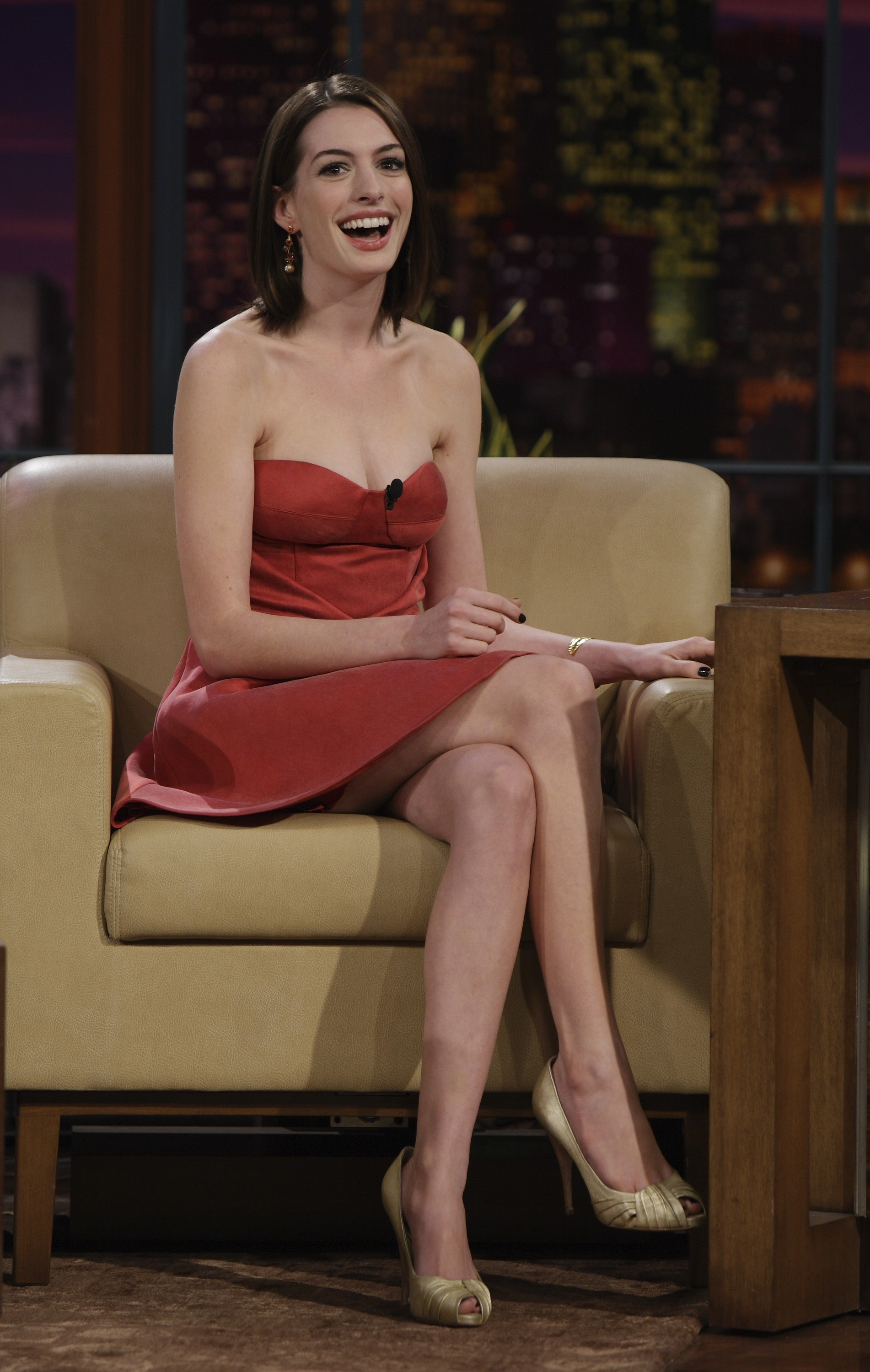 21469_celeb-city.org_Anne_Hathaway_The_Tonight_Show_06-16-2008_10_123_905lo.jpg