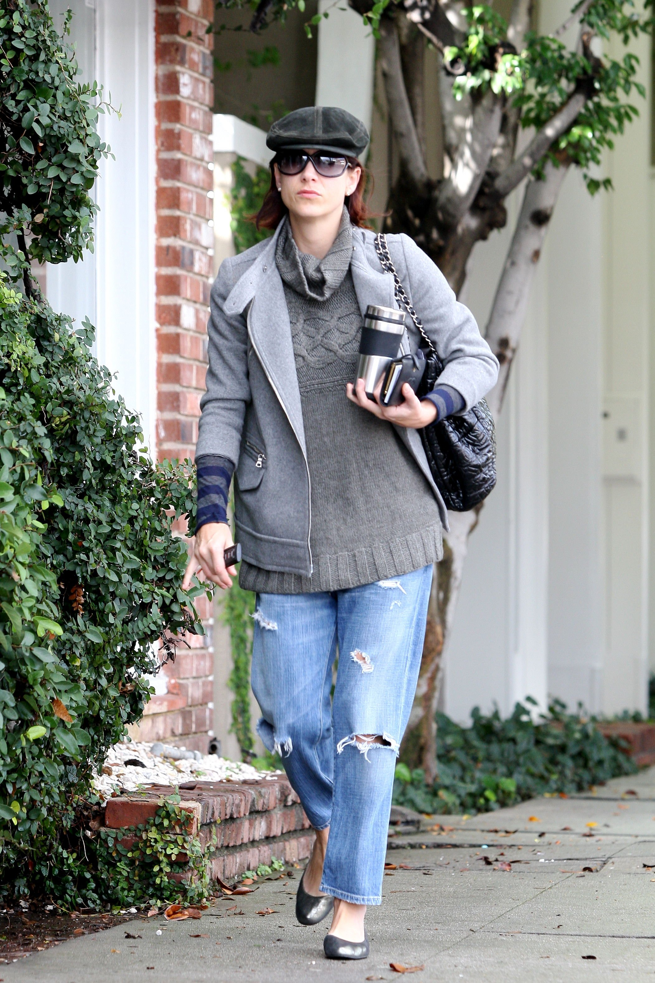 11374_Celebutopia-Kate_Walsh_with_ripped_jeans_in_Hollywood-20_122_883lo.JPG
