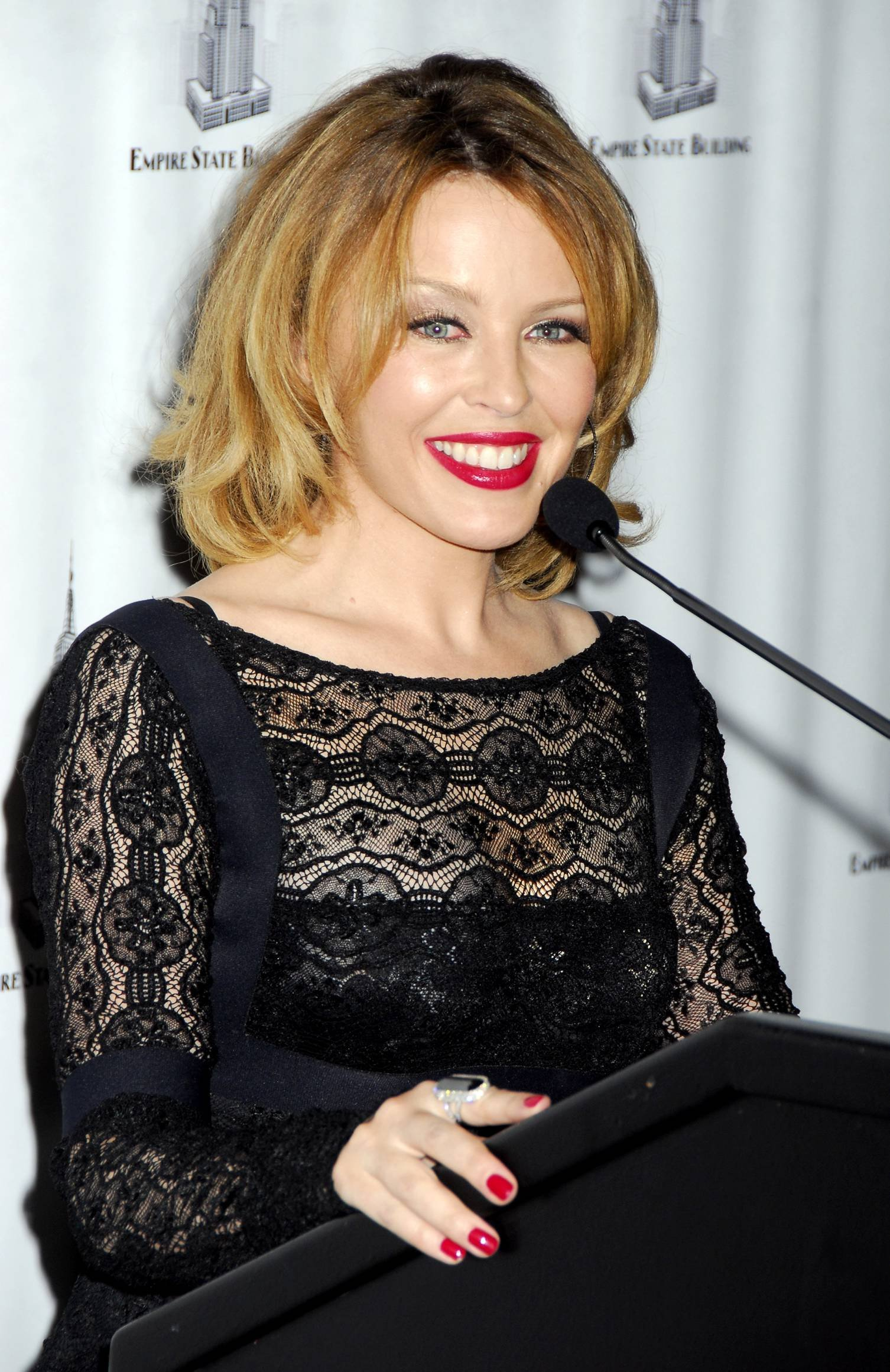 25834_Celebutopia-Kylie_Minogue_lights_The_Empire_State_Building-14_122_894lo.jpg
