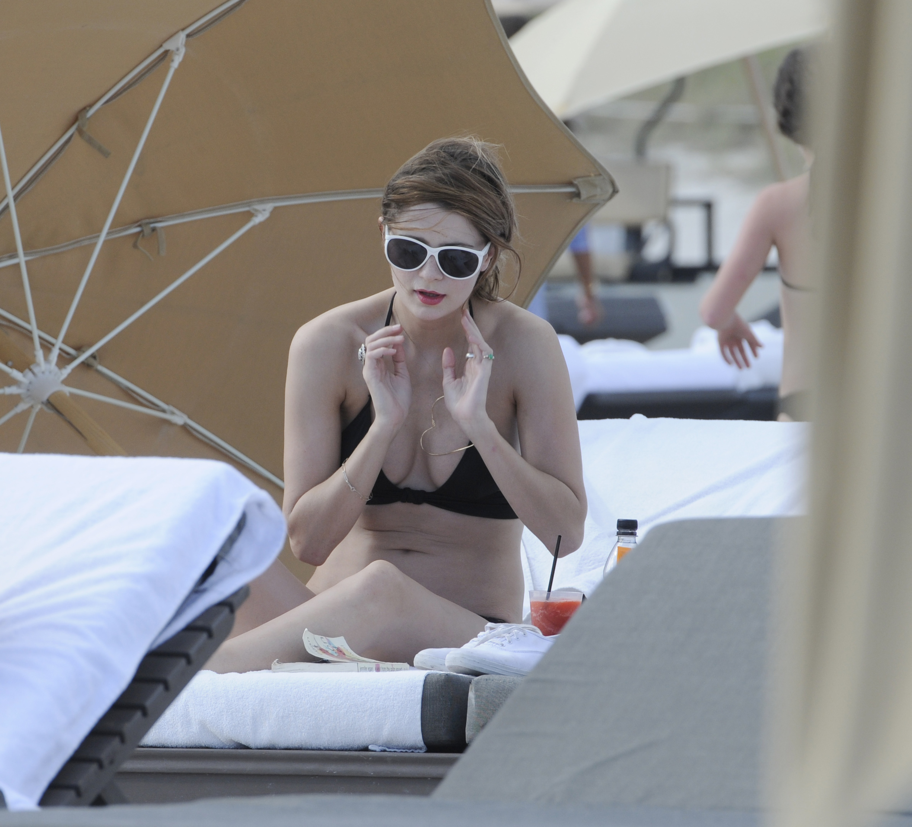 312265988_Mischa_Barton_Bikini_Candids_on_the_Beach_in_Miami_December_27_2011_160_122_155lo.jpg