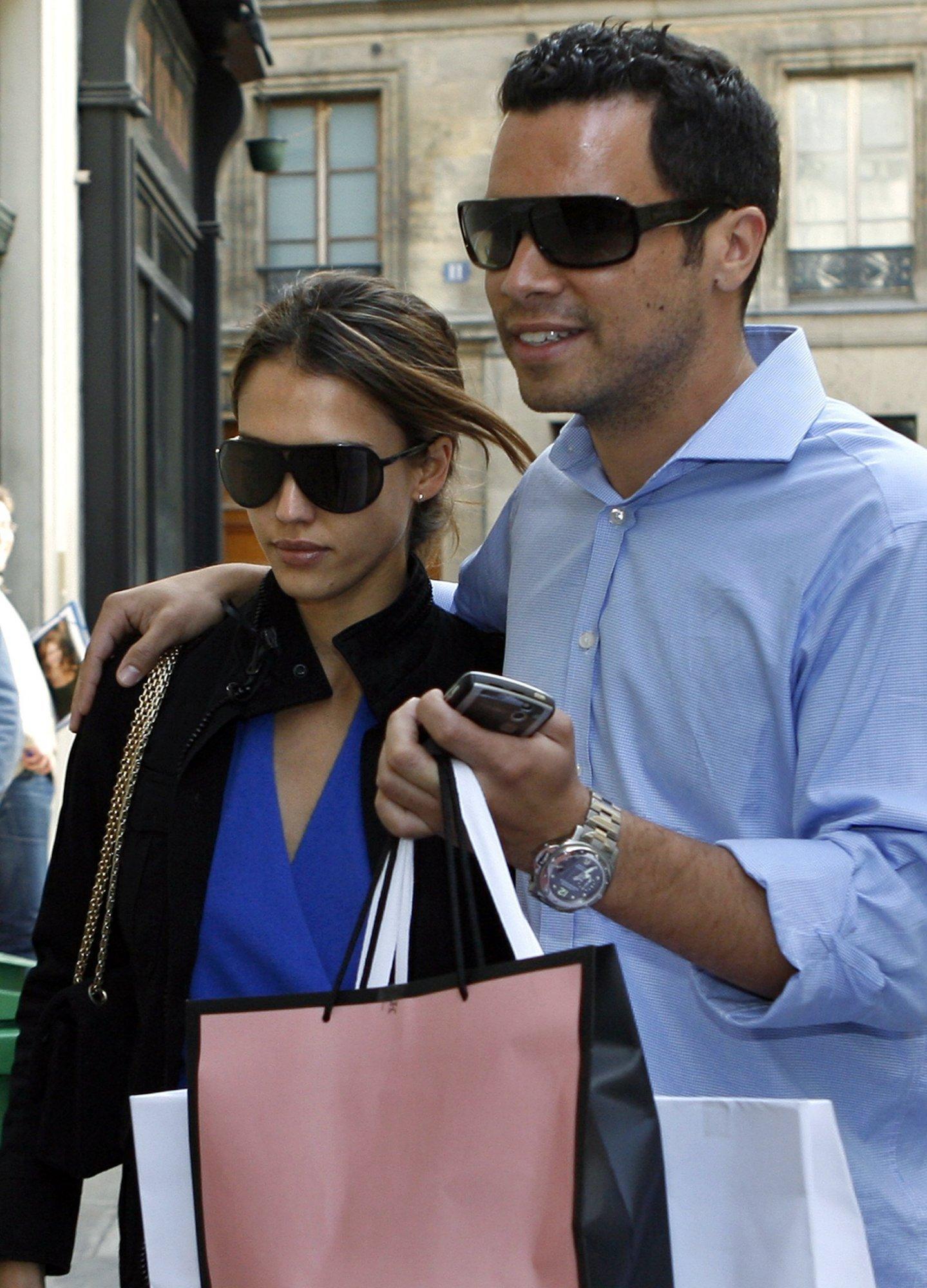 88790_06.07.2007_-_Jessica_und_Cash_nach_Shoppingtour_vorm_Hyatt_in_Paris_001_122_488lo.JPG