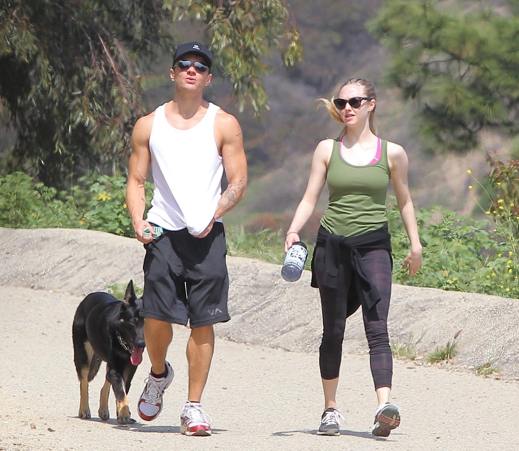 387949152_Amanda_Seyfriend_hiking_in_Hollywood_Hills7_122_463lo.jpg