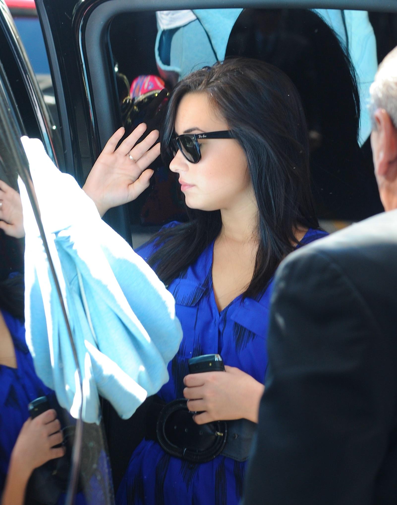 51317_Demi_Lovato_arrives_into_LAX_Airport_009_122_119lo.jpg