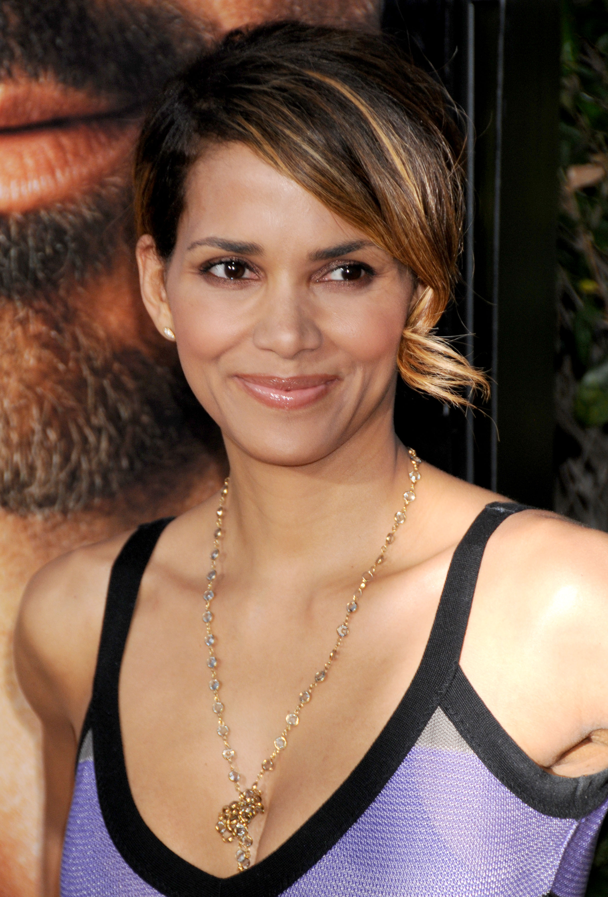 69427_Halle_Berry_The_Soloist_premiere_in_Los_Angeles_83_122_131lo.jpg