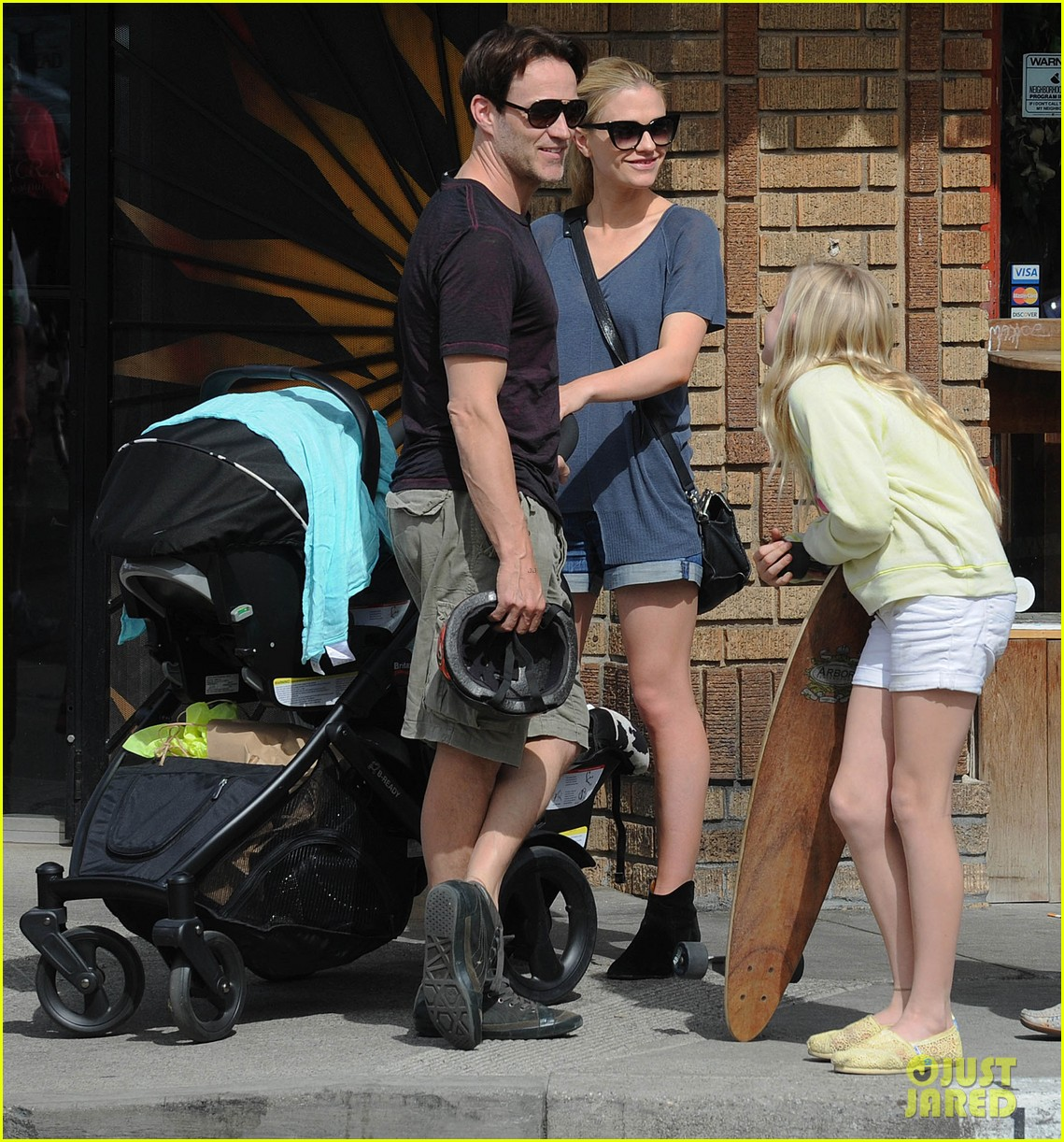 494182466_anna_paquin_stephen_moyer_abbot_kinney_with_the_family_02_122_258lo.jpg