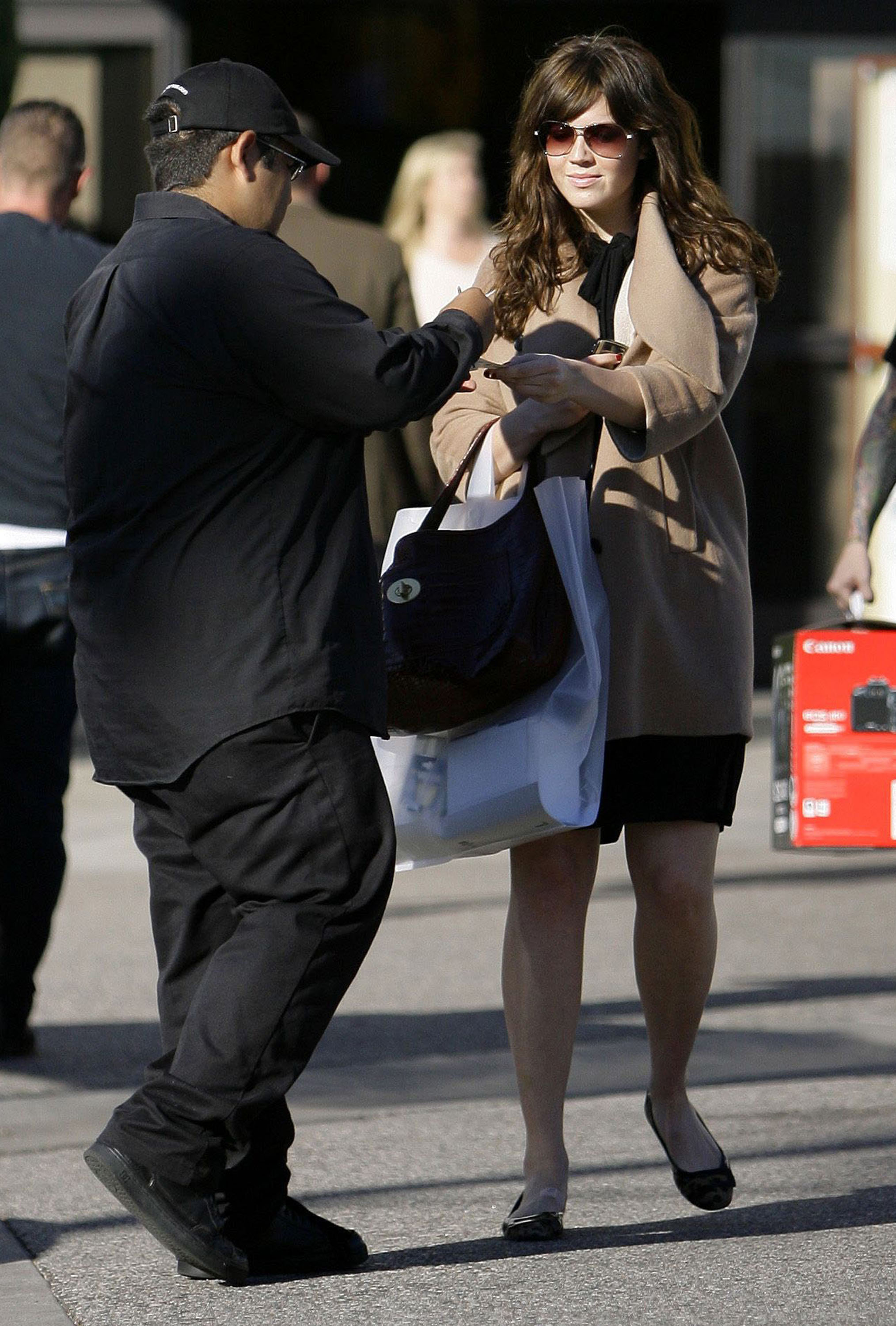 68291_celeb-city.eu_Mandy_Moore_out_and_about_in_West_Hollywood_10.12.2007_33_122_648lo.jpg