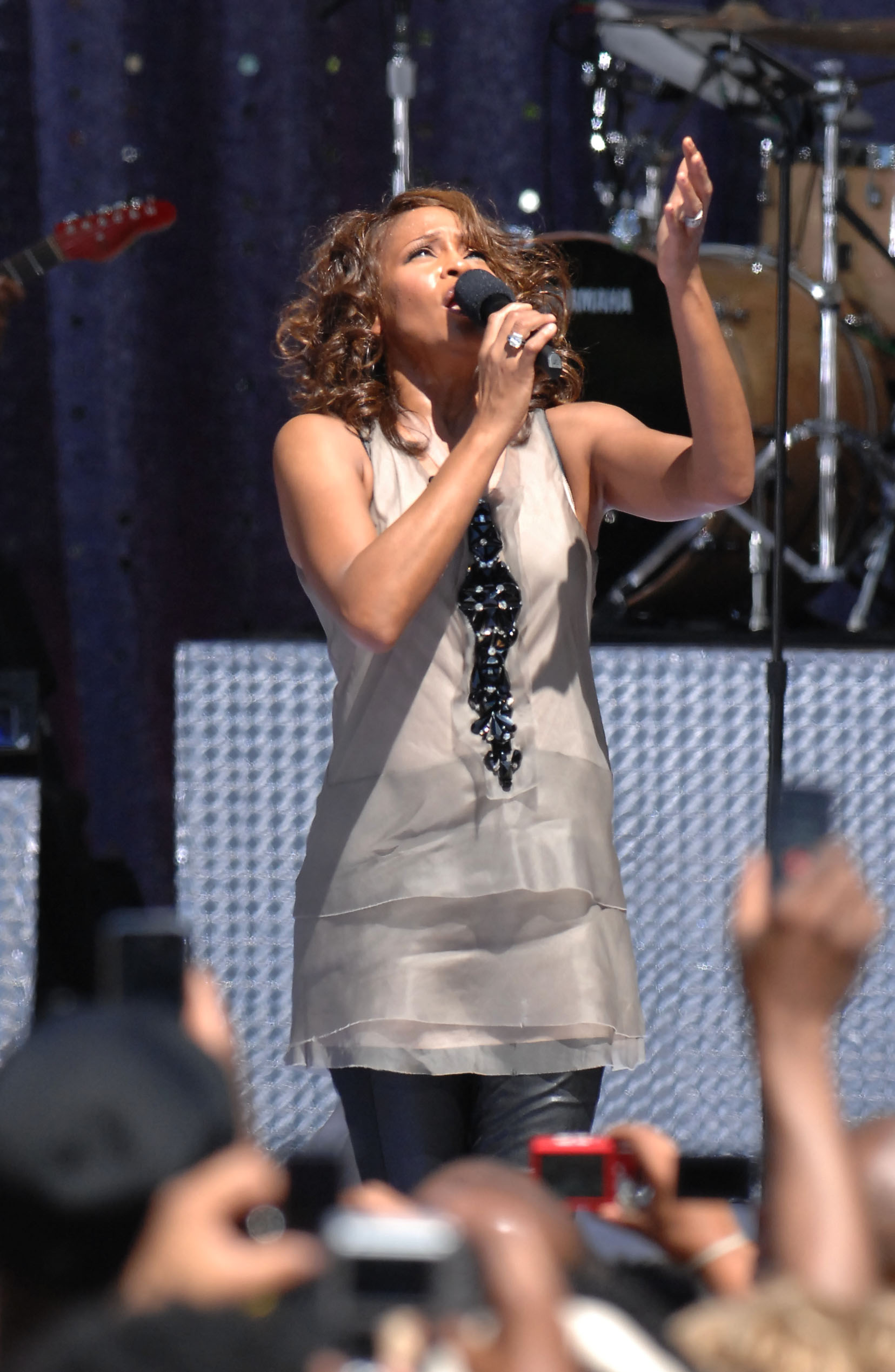 51740_whitney_houston_performs_gma_tikipeter_celebritycity_018_122_168lo.jpg