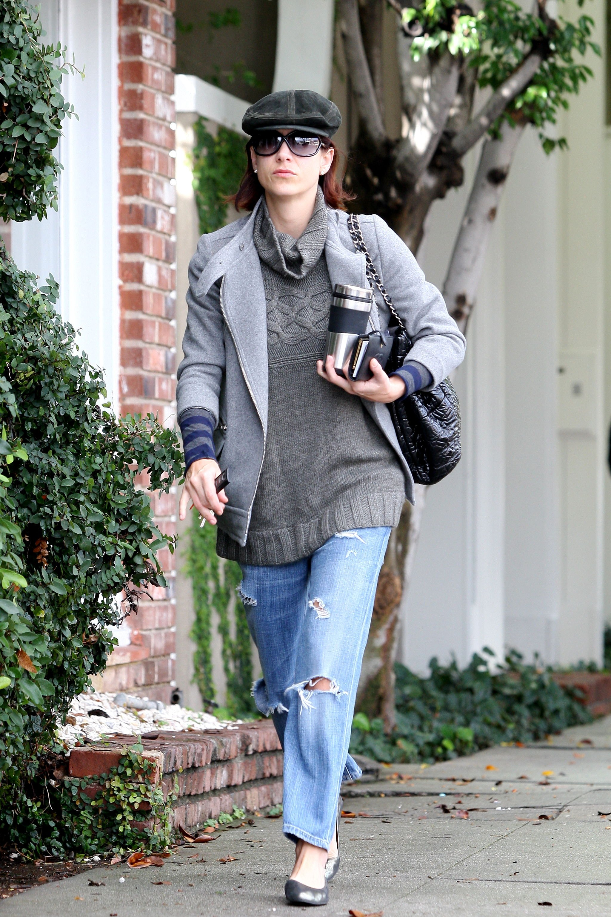 11381_Celebutopia-Kate_Walsh_with_ripped_jeans_in_Hollywood-21_122_211lo.JPG