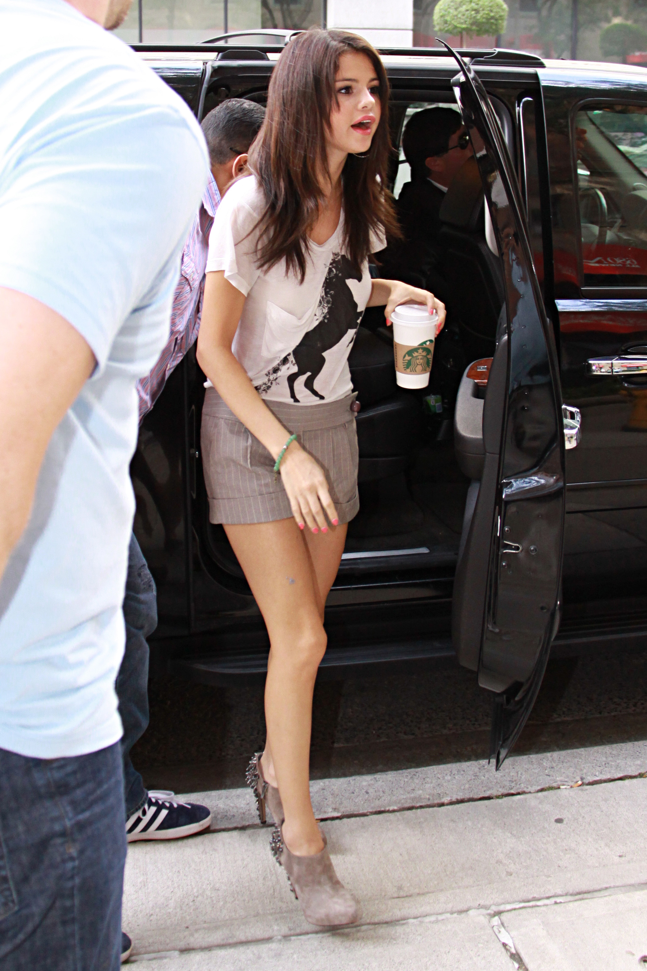 198583293_Selena_Gomez_at_the_studio_of_KiSS_926_122_353lo.jpg