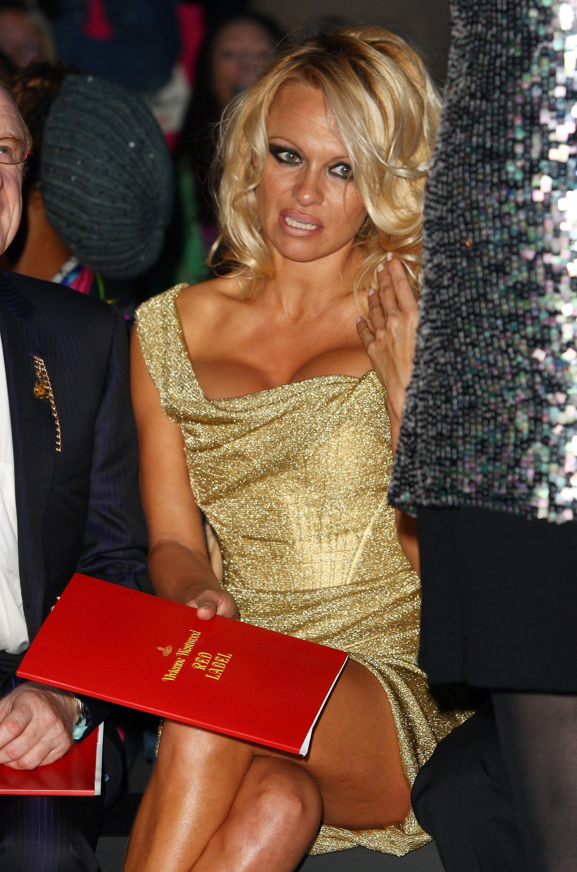 69186_Celebutopia-Pamela_Anderson-Vivienne_Westwood_Red_Label_show-09_122_488lo.jpg