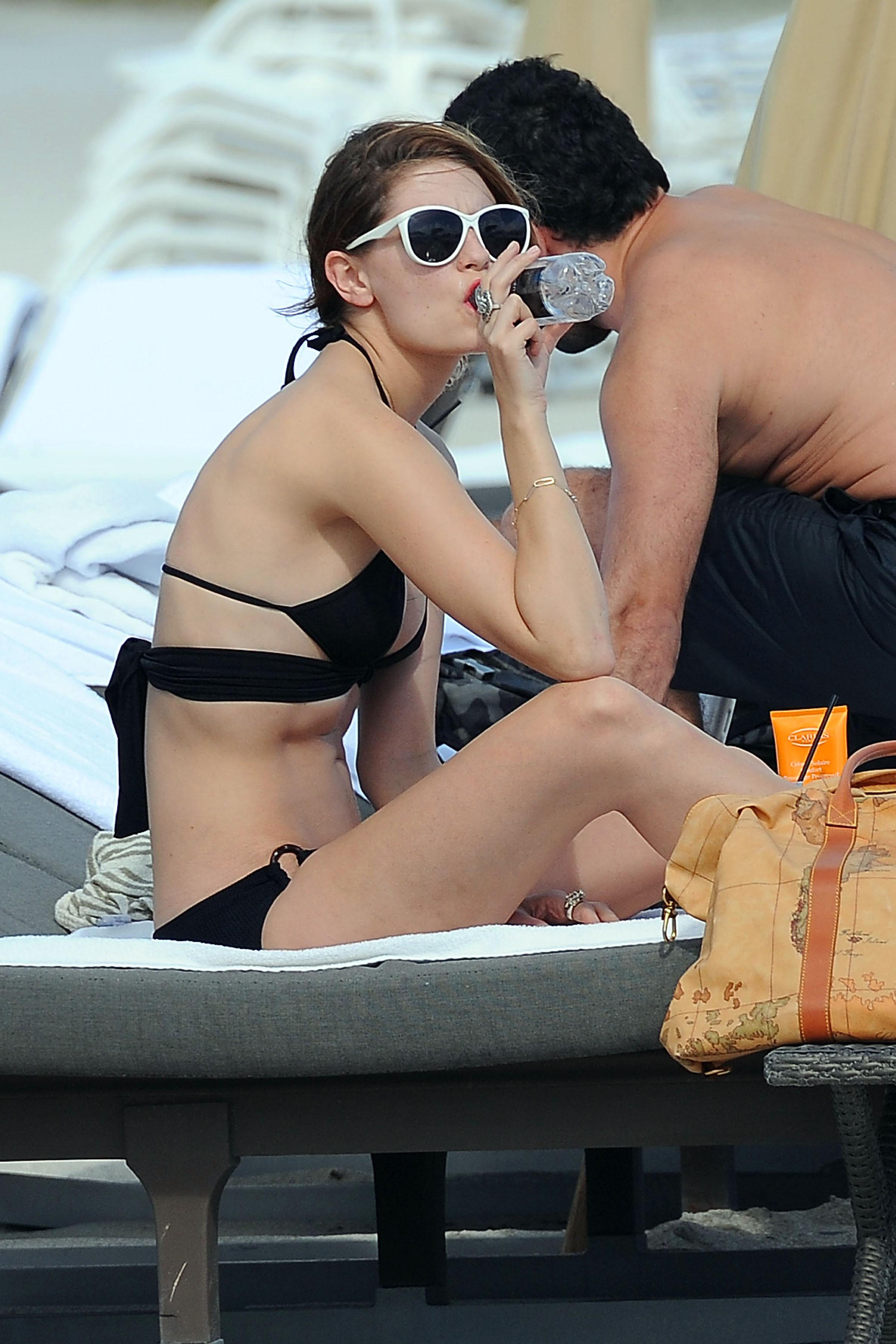 311878928_Mischa_Barton_Bikini_Candids_on_the_Beach_in_Miami_December_27_2011_126_122_587lo.jpg